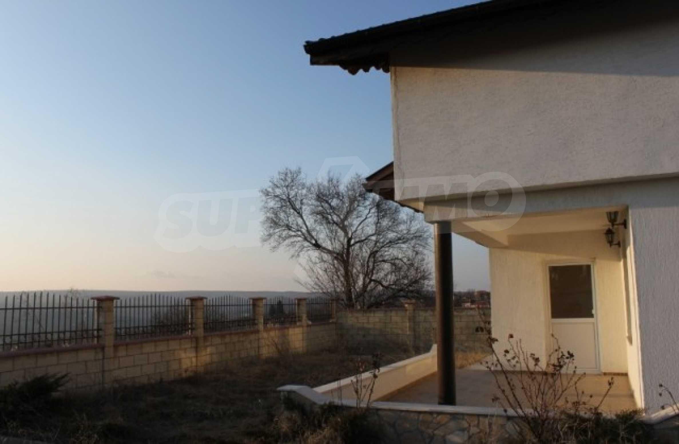 Dreistöckiges Haus im Dorf Zdravets 12