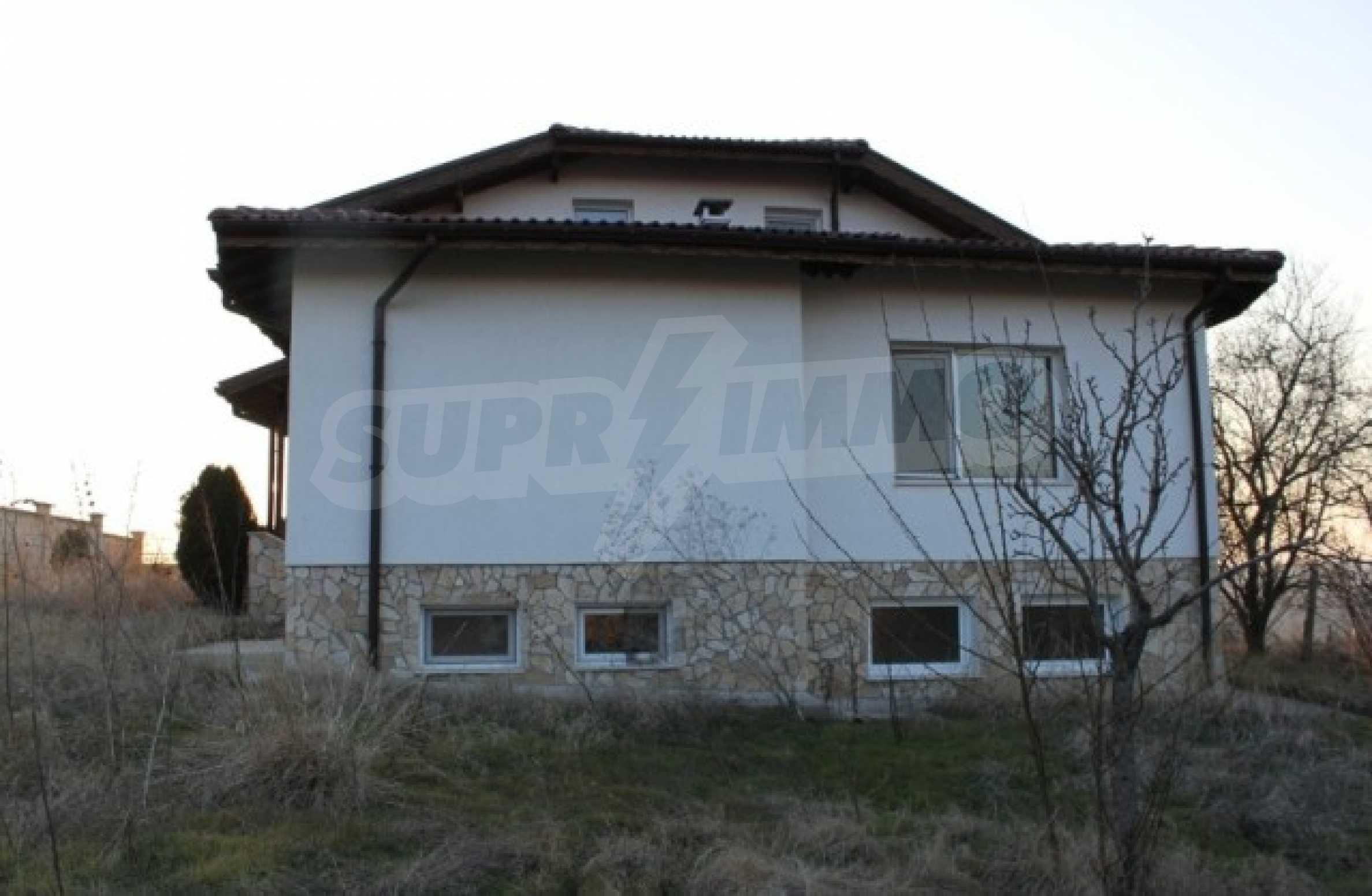 Dreistöckiges Haus im Dorf Zdravets 14