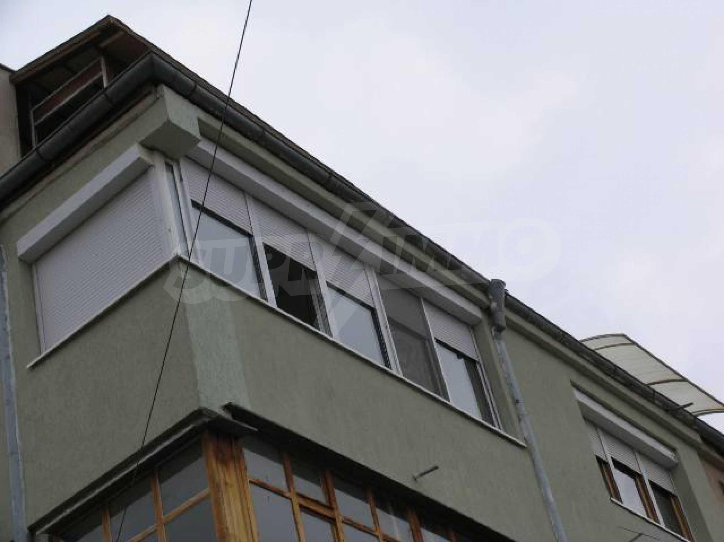 Тристаен апартамент в идеалния център на гр. Добрич 2