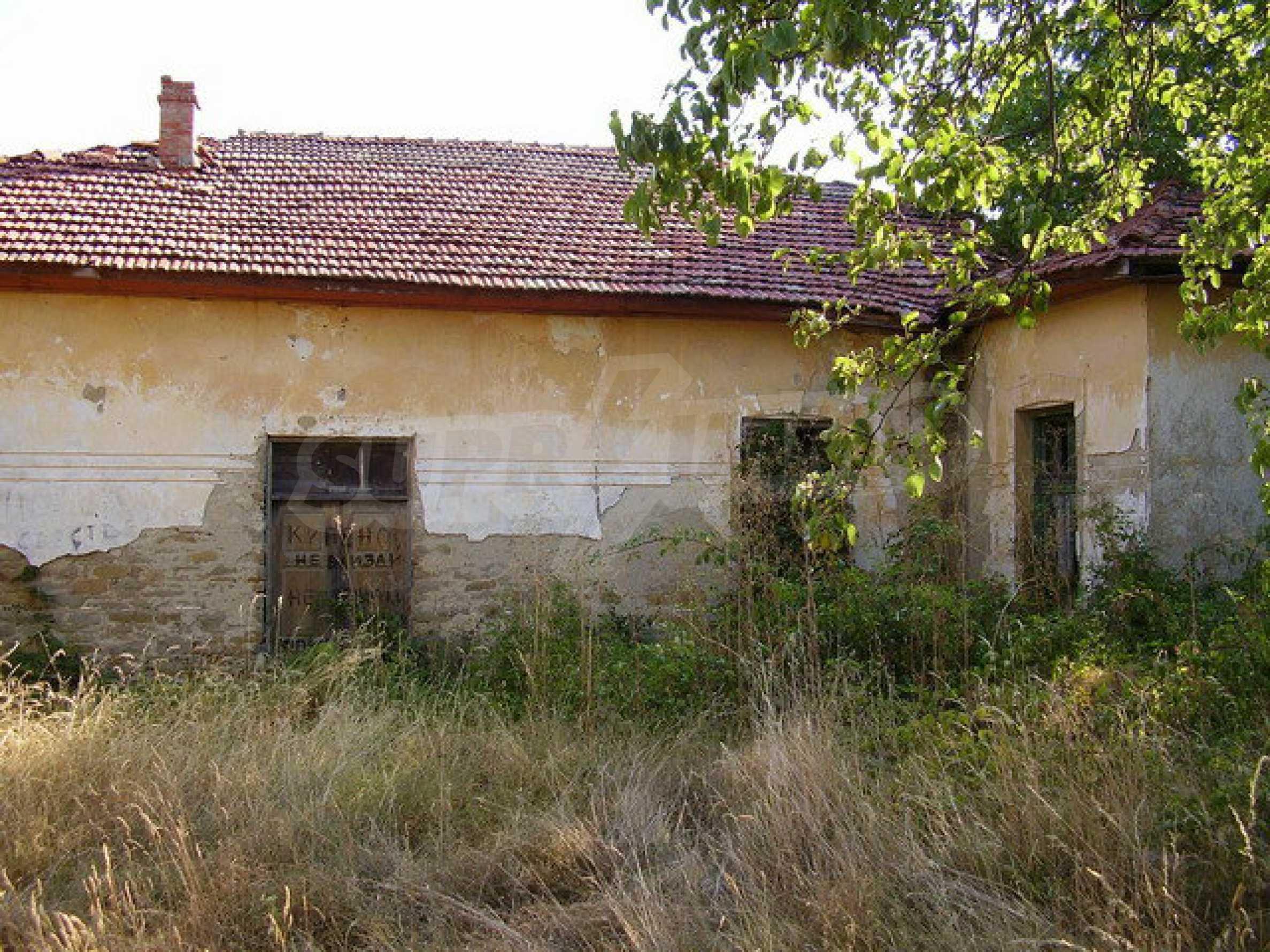 Ehemalige Schule mit Hof in einem kleinen Dorf neben dem schönen Trjawna