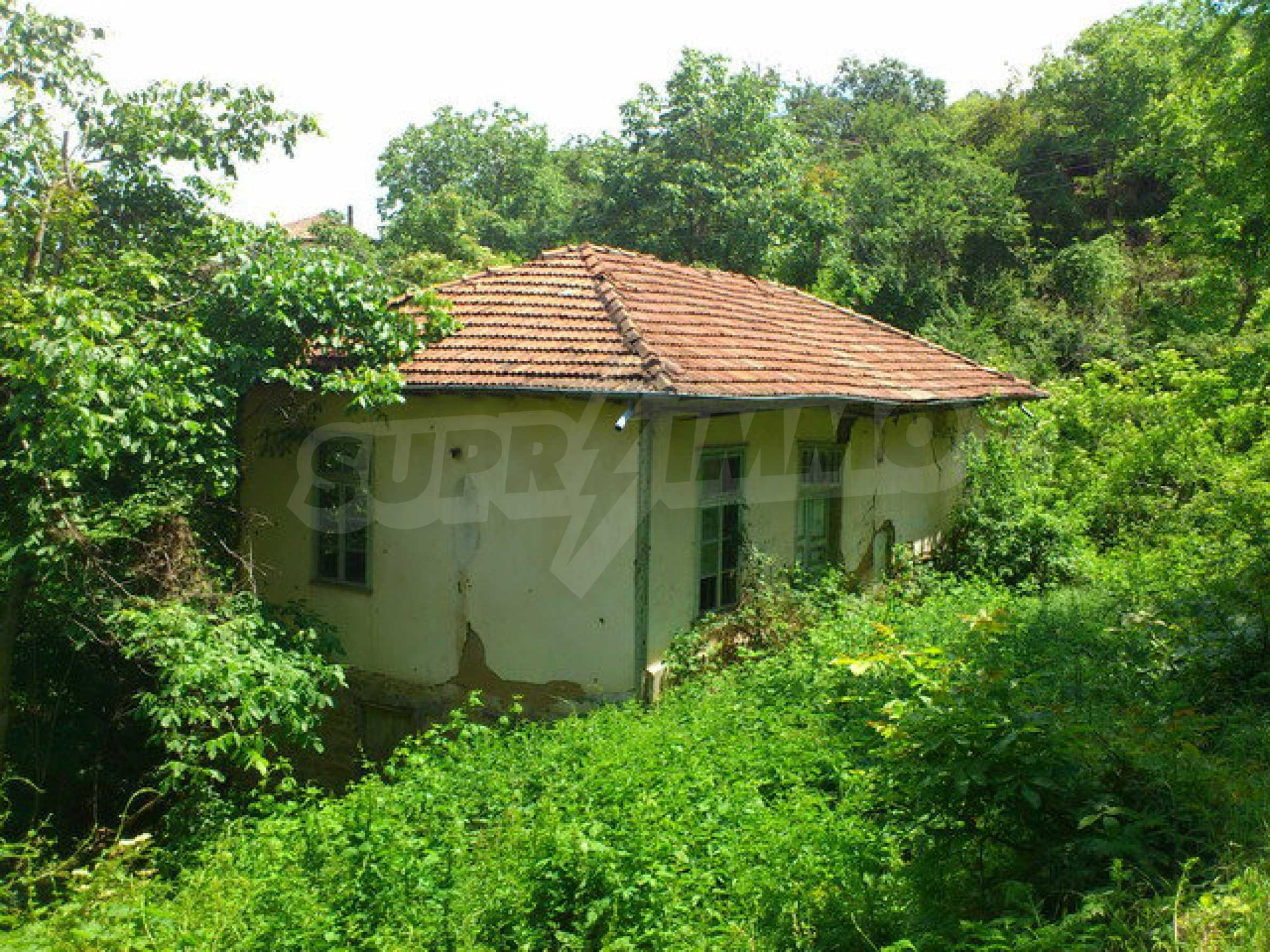 Бывшее здание школы в маленькой деревне в непосредственной близости от прекрасного города Дряново