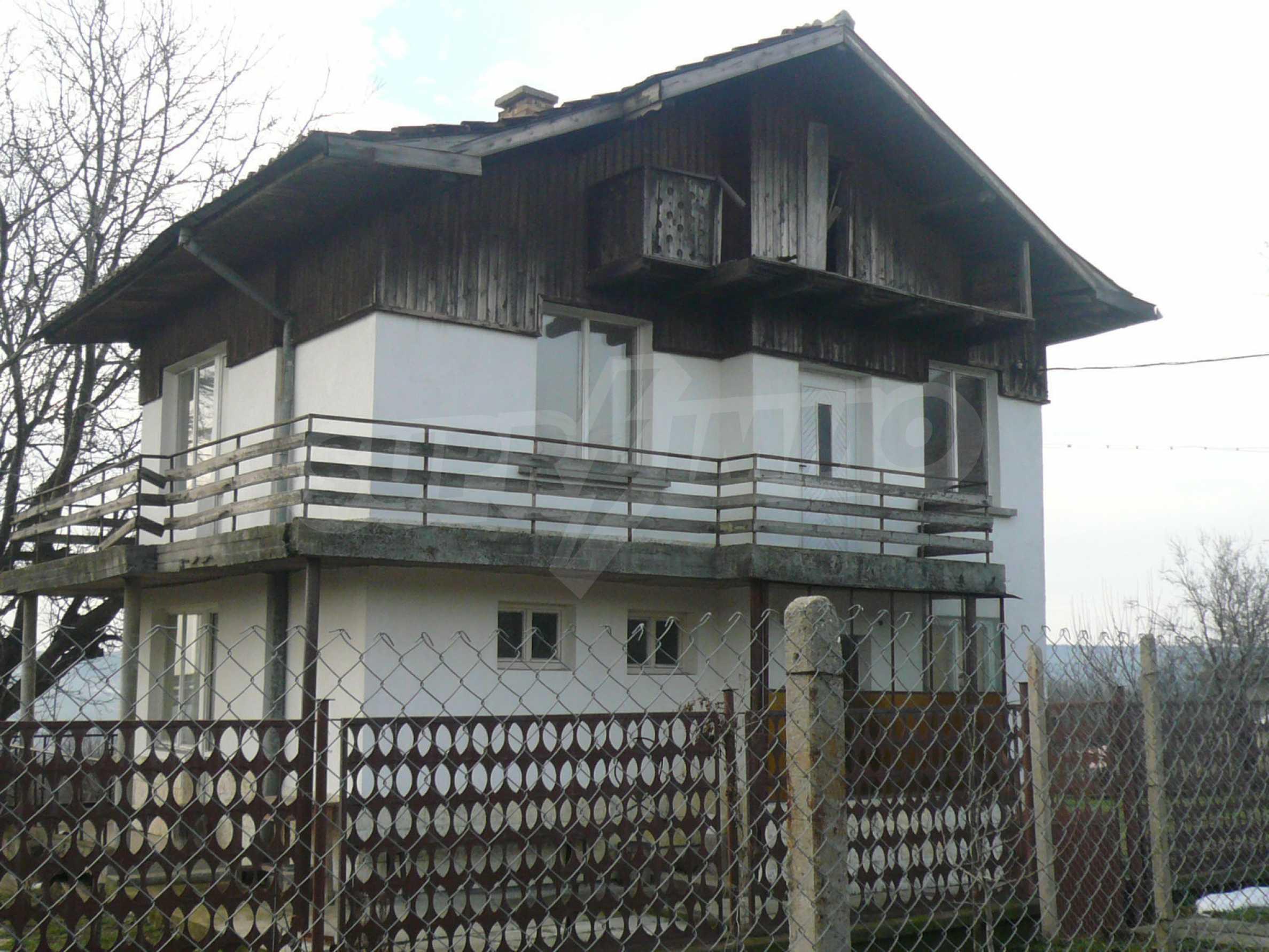 Massive zweistöckige Villa mit großem Garten in der Nähe von Vidin
