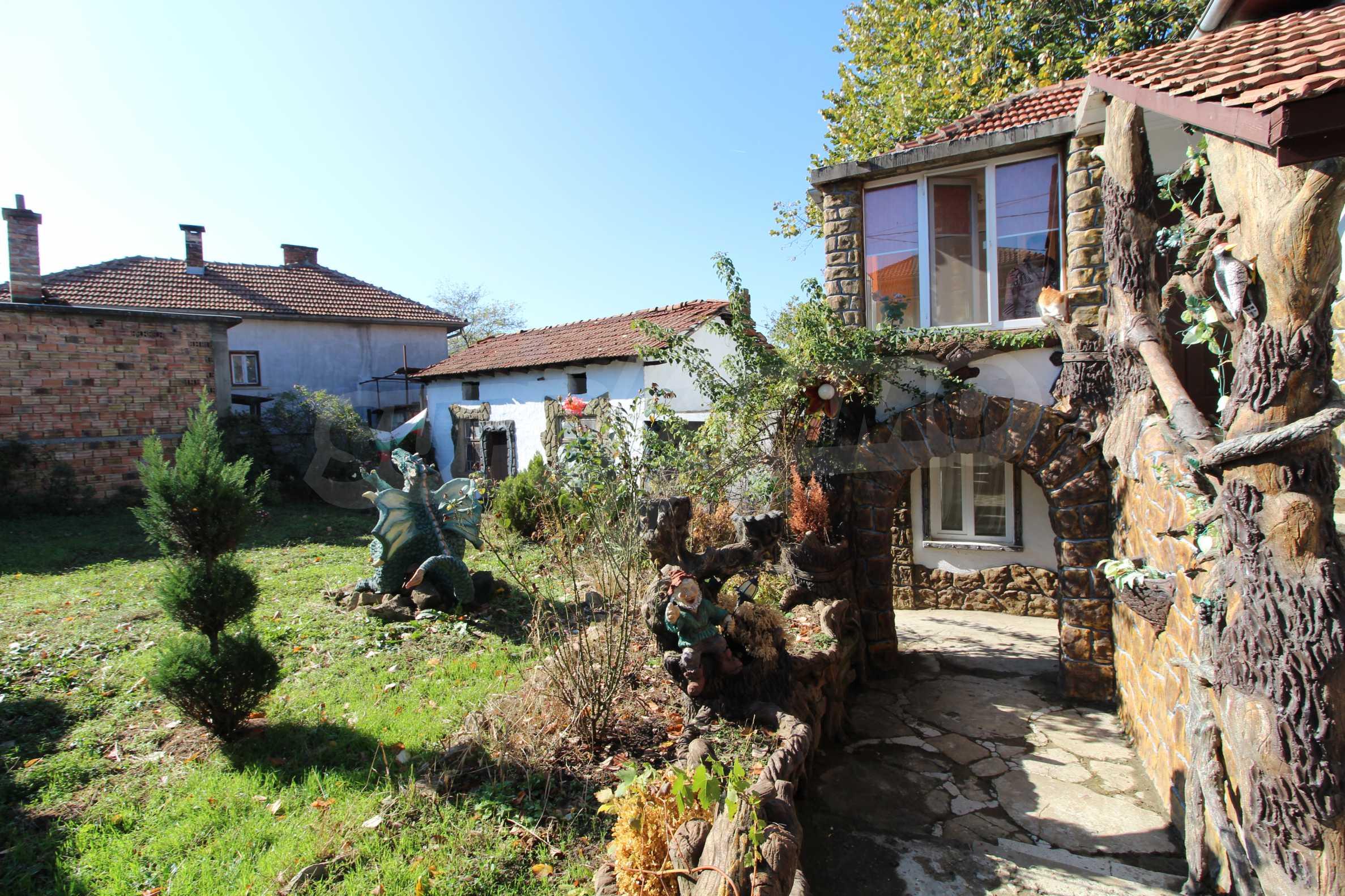 Реновирана двуетажна къща само на 24 км от Велико Търново  2