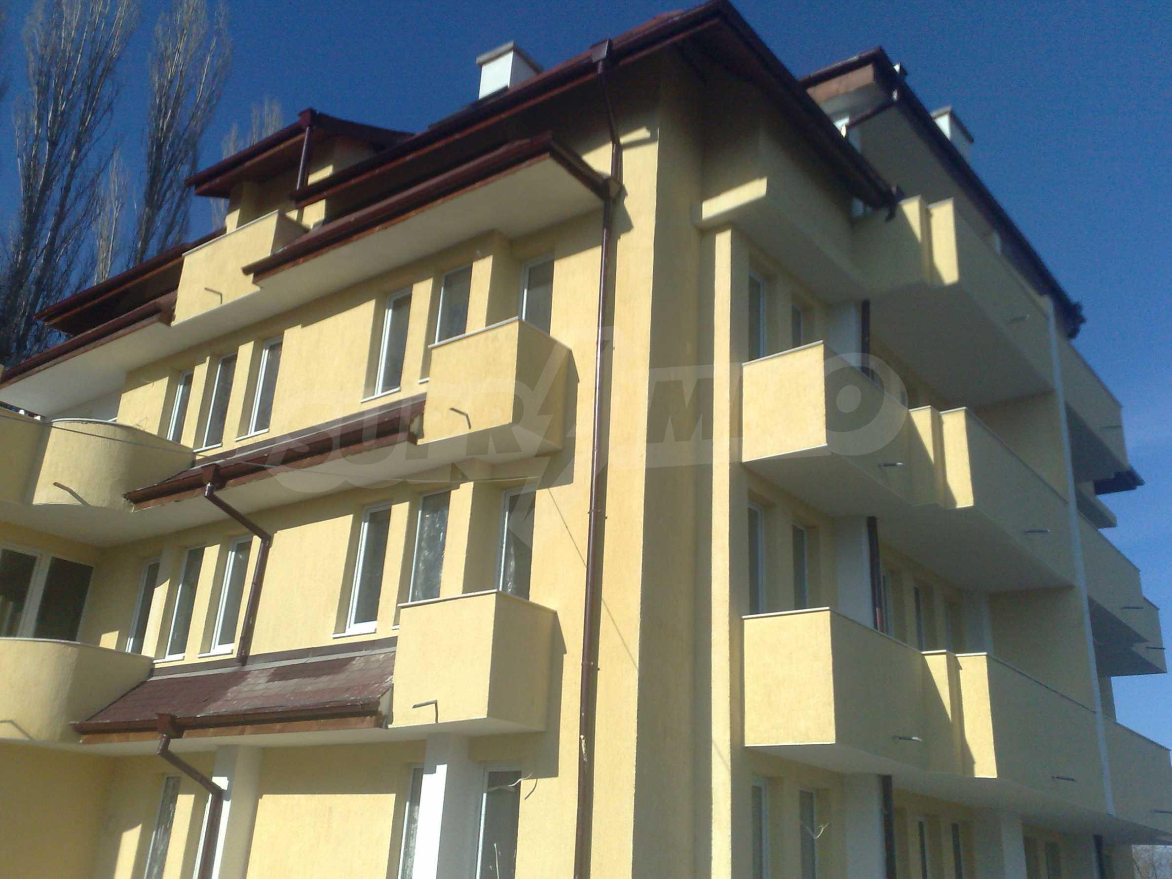 Двустаен апартамент с тераси в нова сграда до парка в центъра на Банско