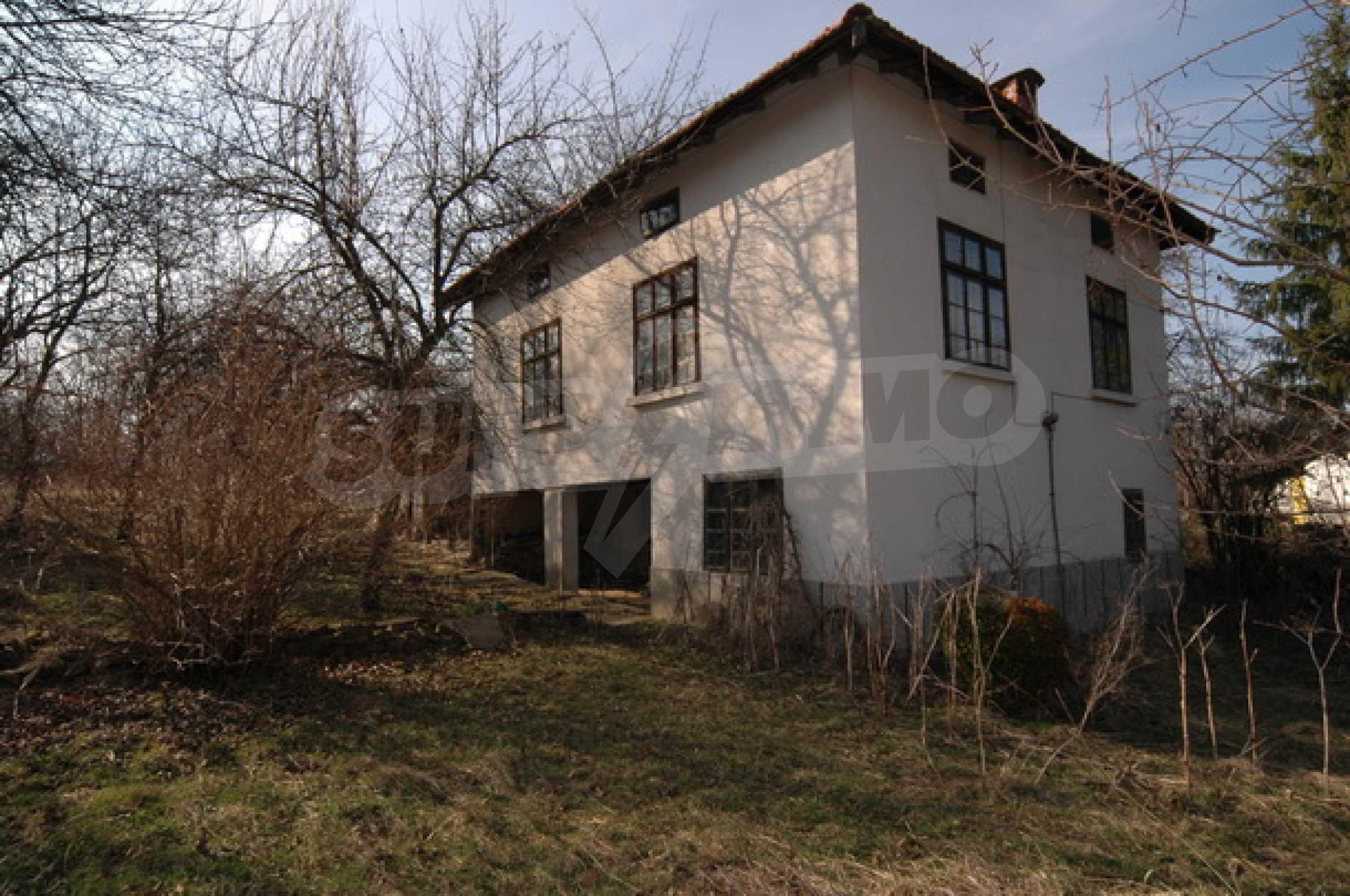 Двуетажна къща на изключително атрактивно място 2