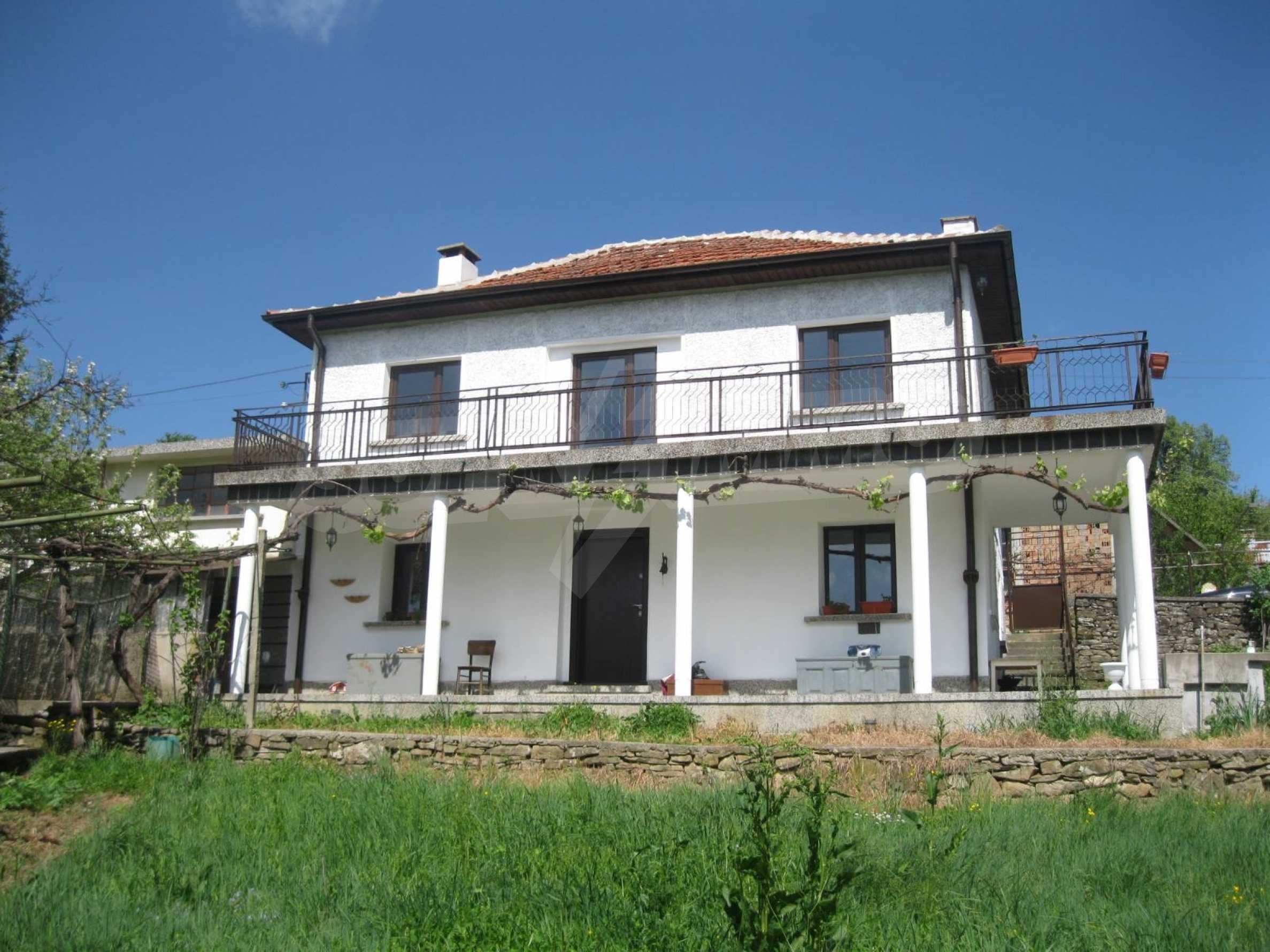 Обзаведена голяма двуетажна къща в село на 9 км от Габрово