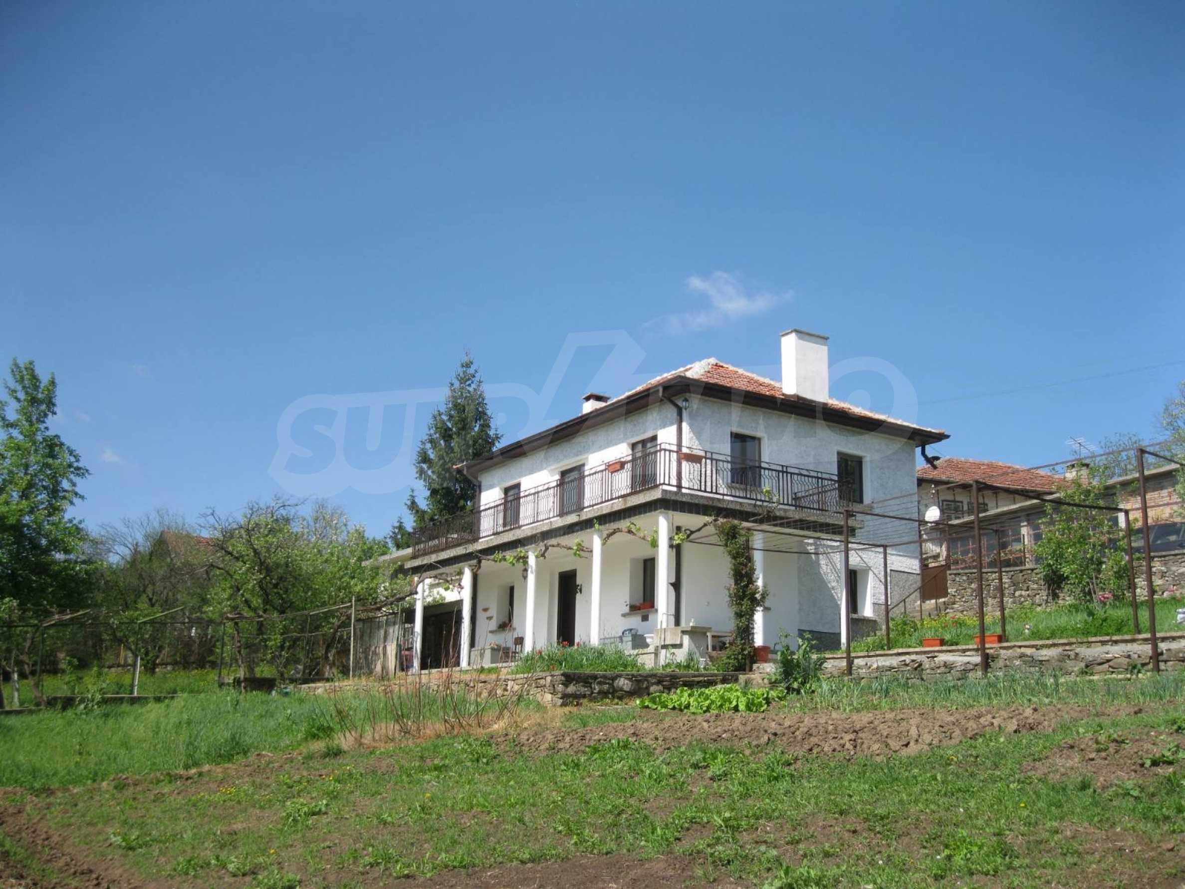 Обзаведена голяма двуетажна къща в село на 9 км от Габрово 2