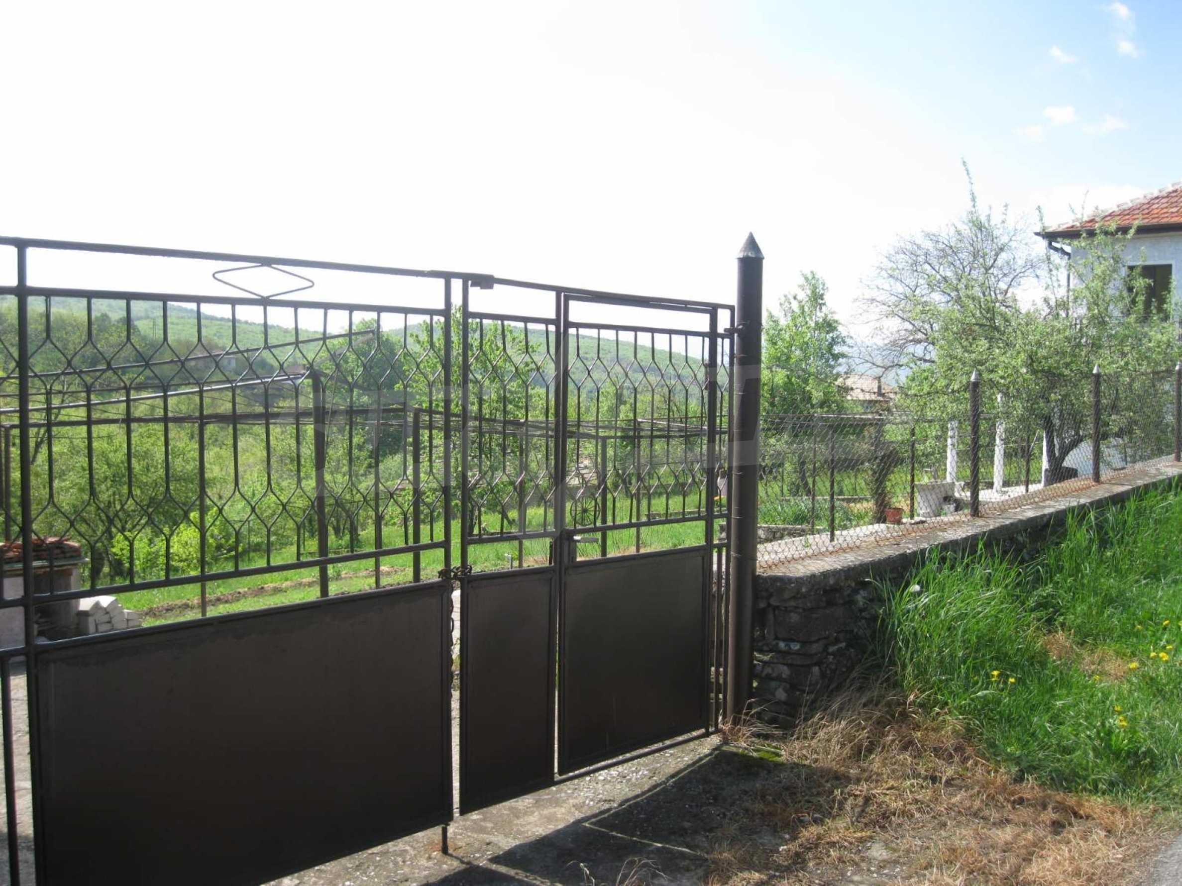 Обзаведена голяма двуетажна къща в село на 9 км от Габрово 46