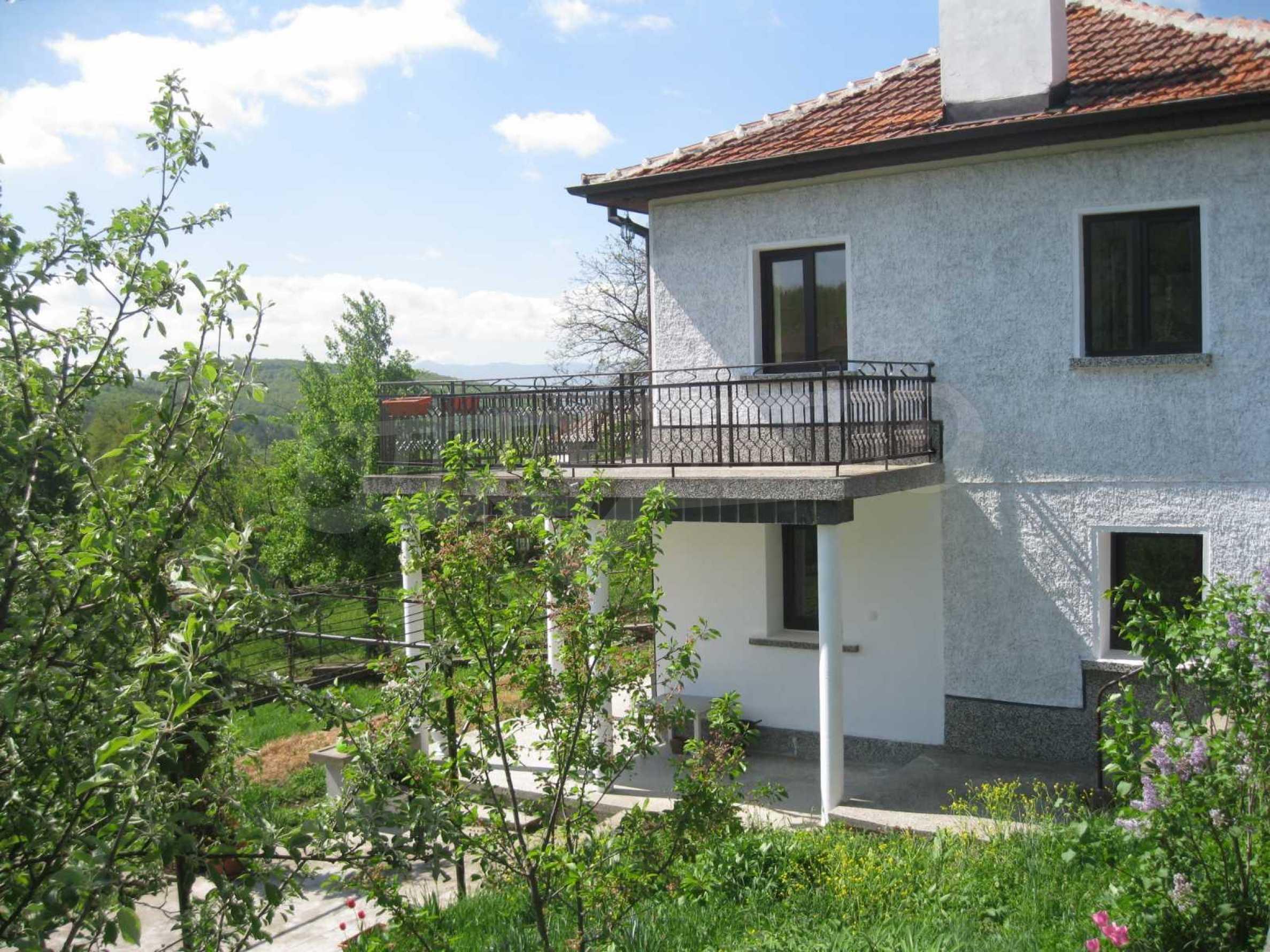 Обзаведена голяма двуетажна къща в село на 9 км от Габрово 47