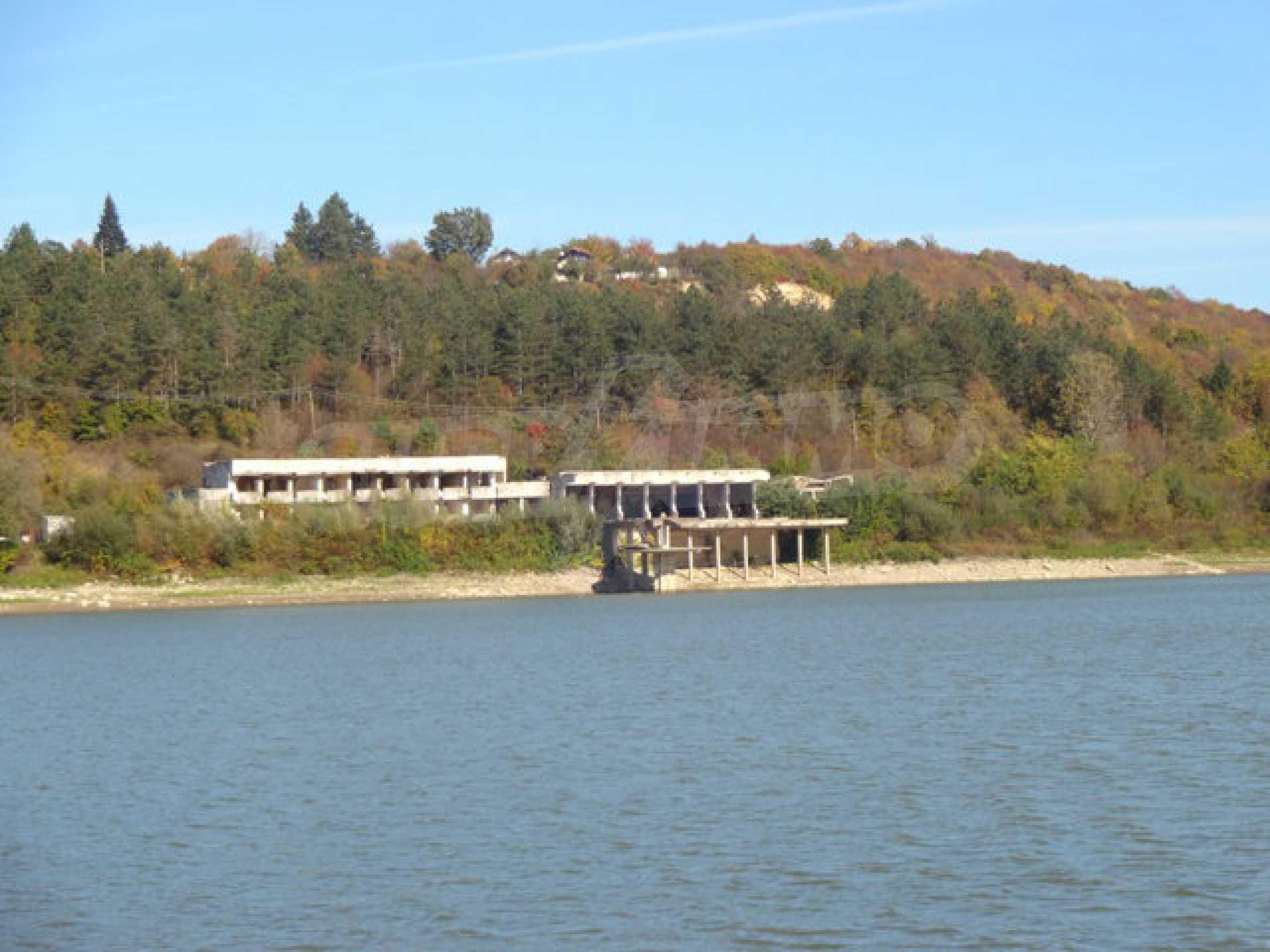 Масивна сграда на брега на язовир 33