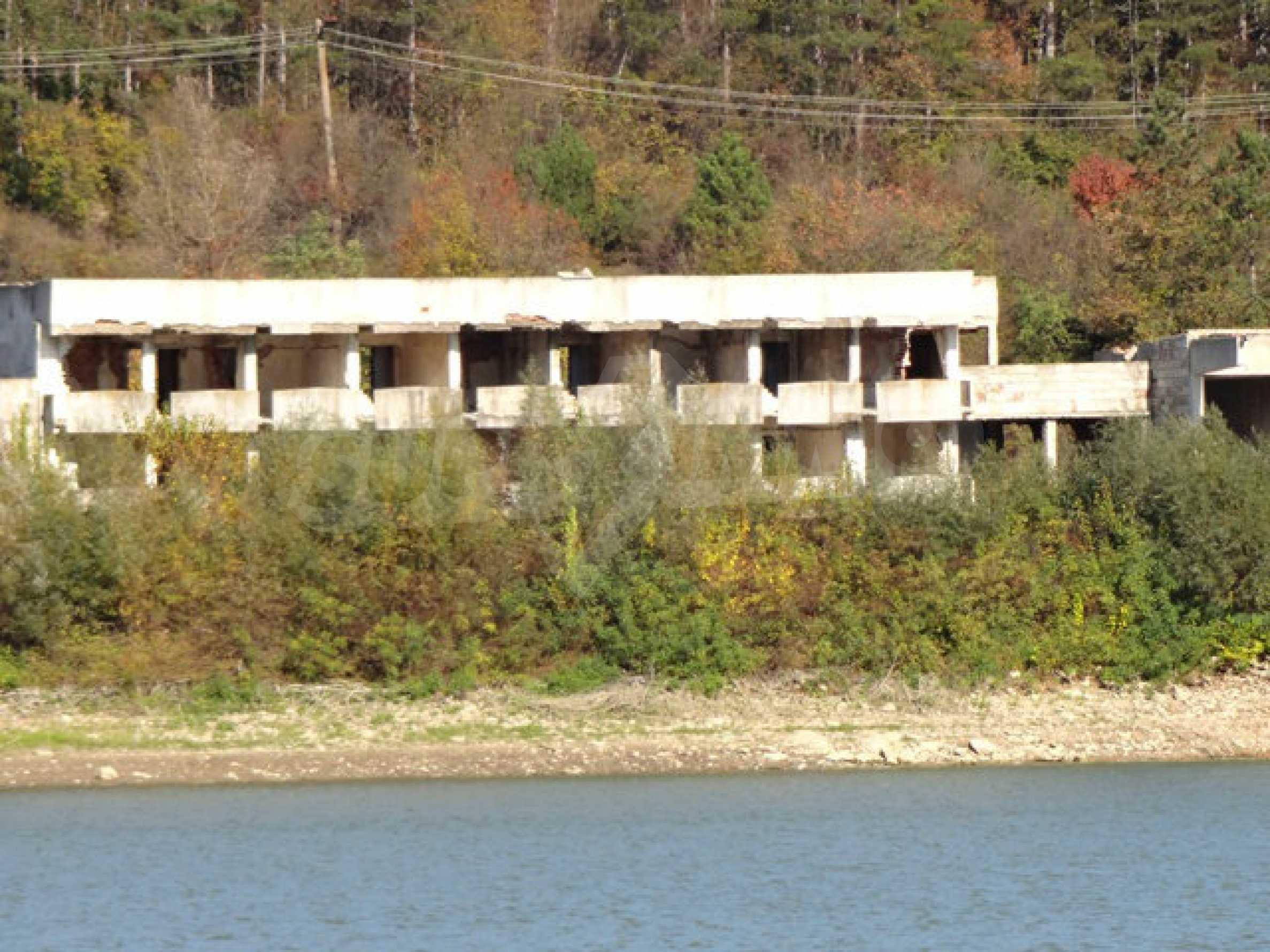 Масивна сграда на брега на язовир 36