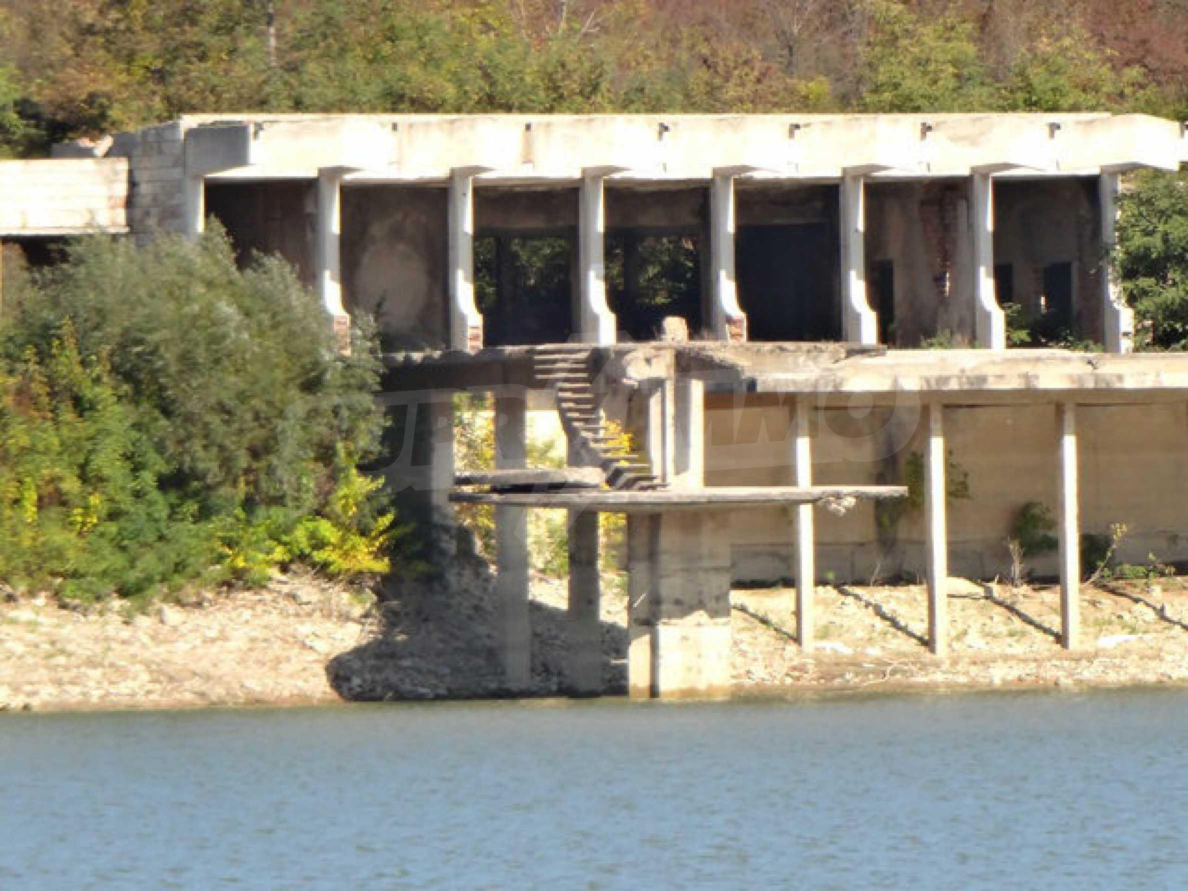 Масивна сграда на брега на язовир 37