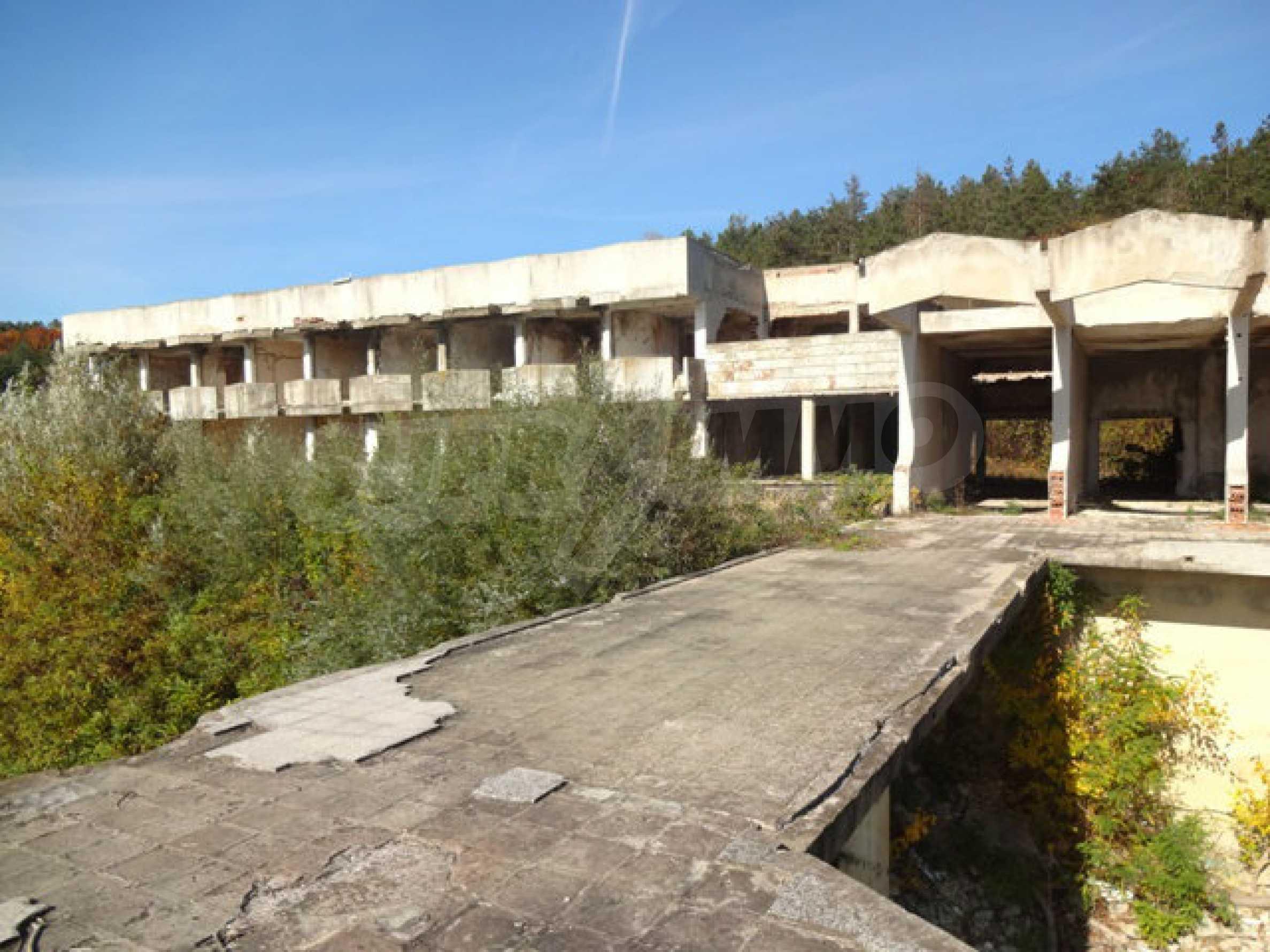 Масивна сграда на брега на язовир 46