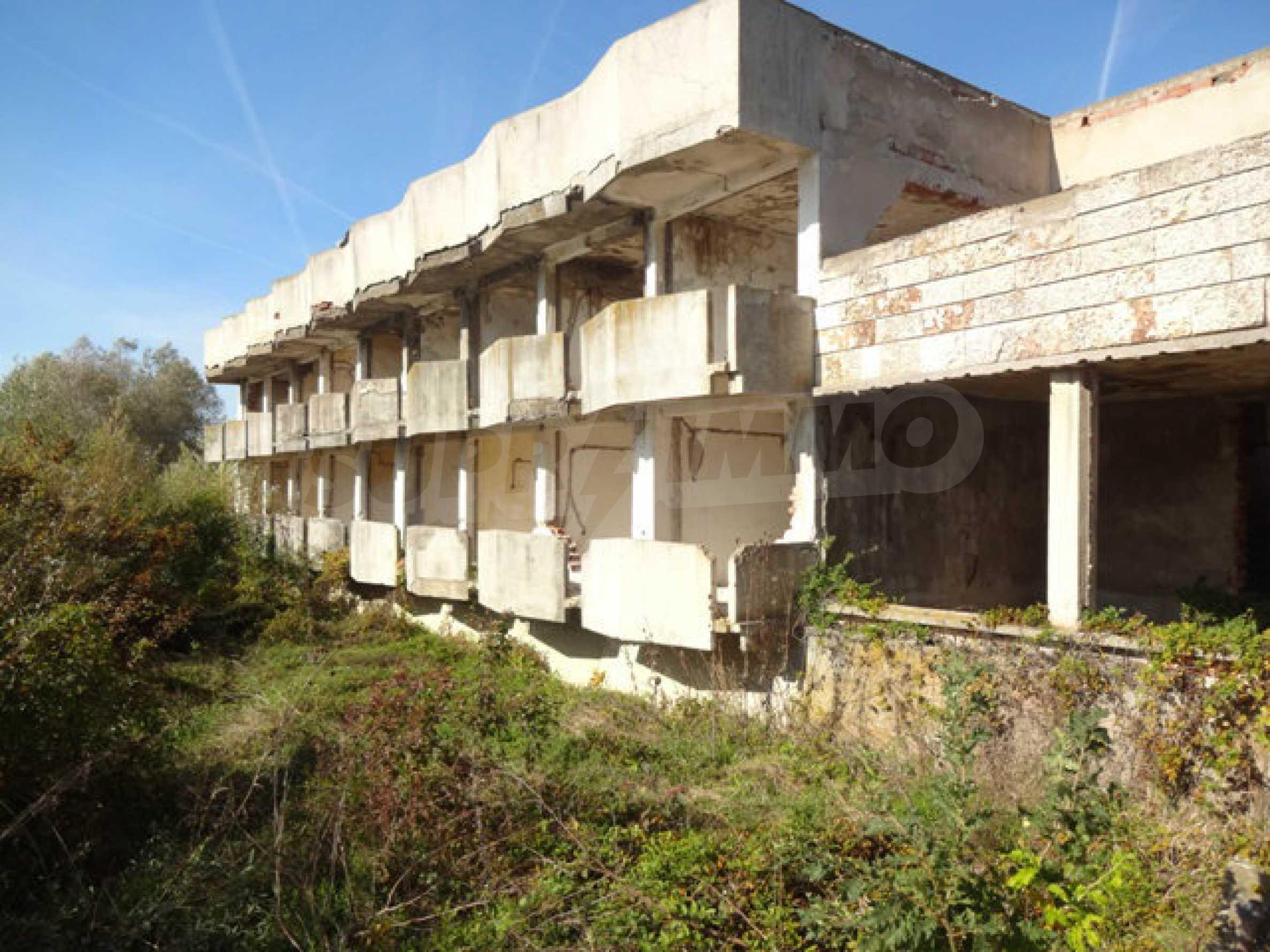 Масивна сграда на брега на язовир 48