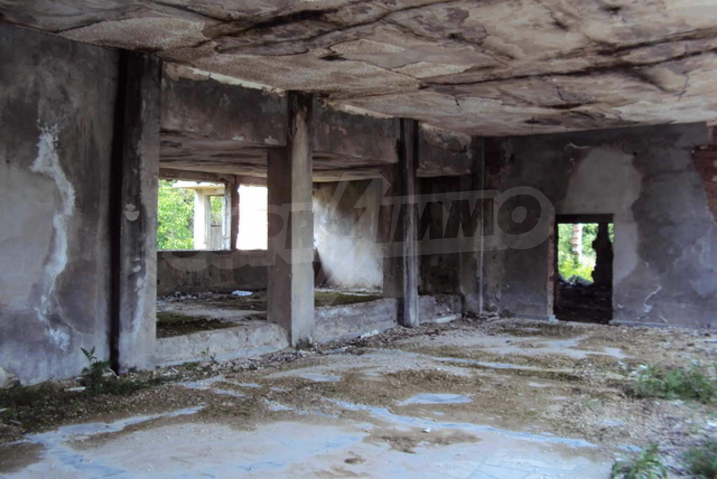 Масивна сграда на брега на язовир 4