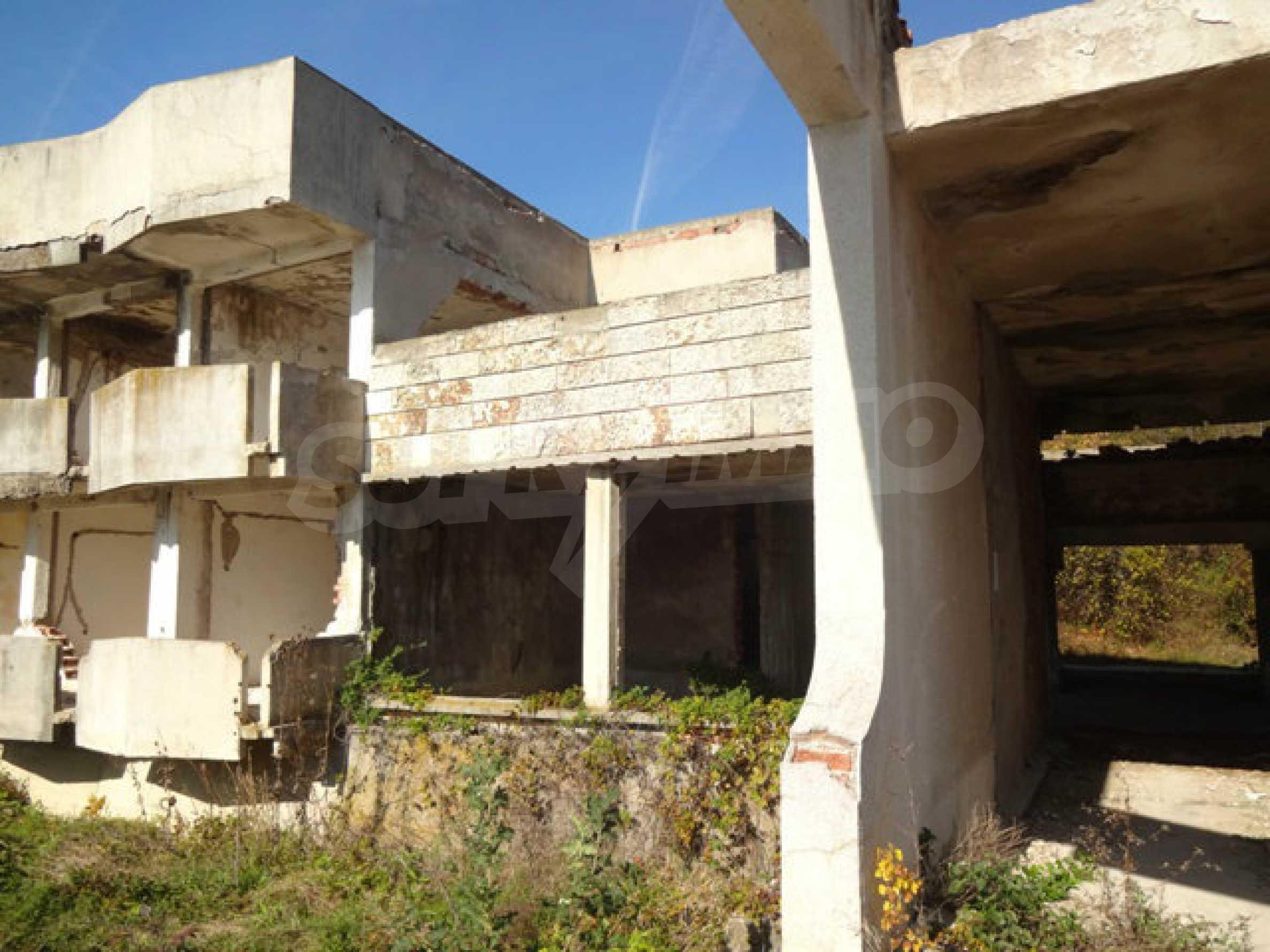 Масивна сграда на брега на язовир 49