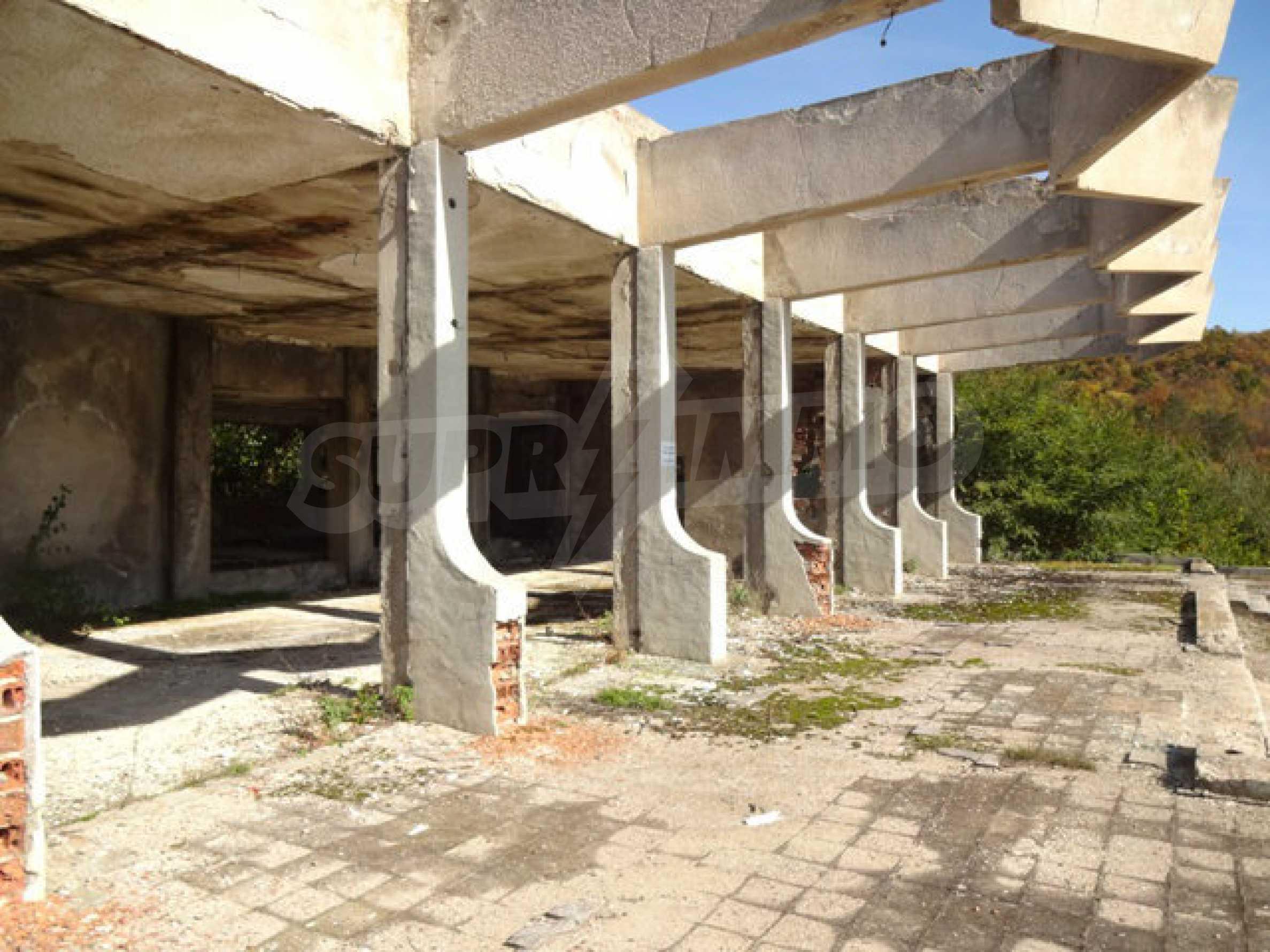 Масивна сграда на брега на язовир 50