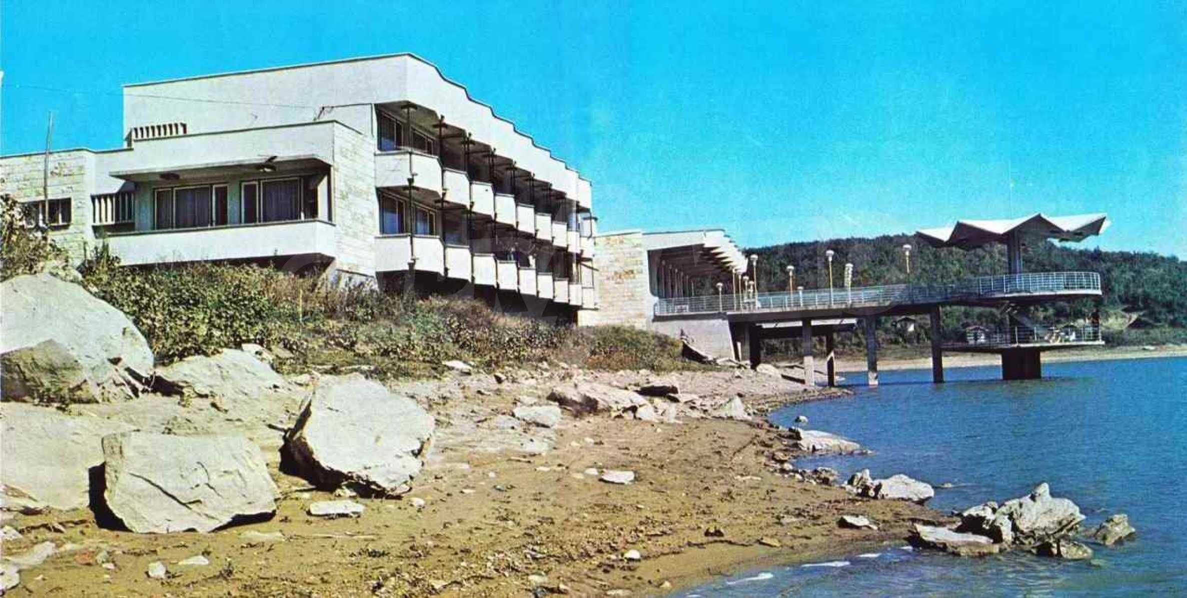 Масивна сграда на брега на язовир 65