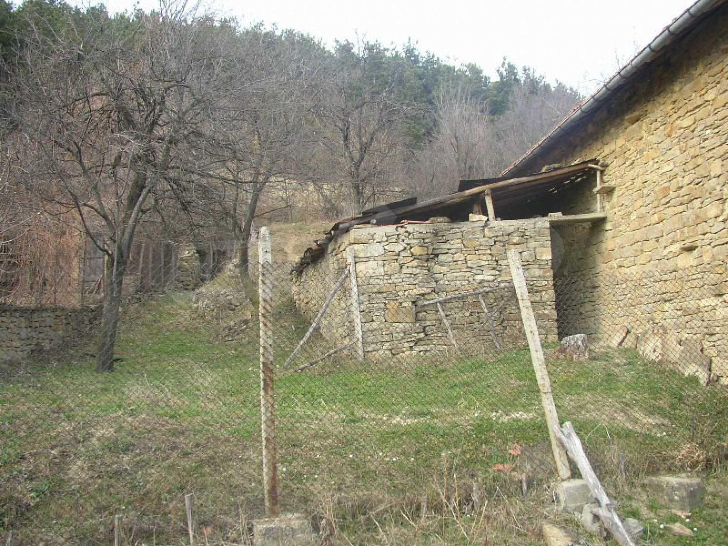 Solides zweistöckiges Haus in ausgezeichnetem Zustand auf dem Dryanovo-Balkan 17