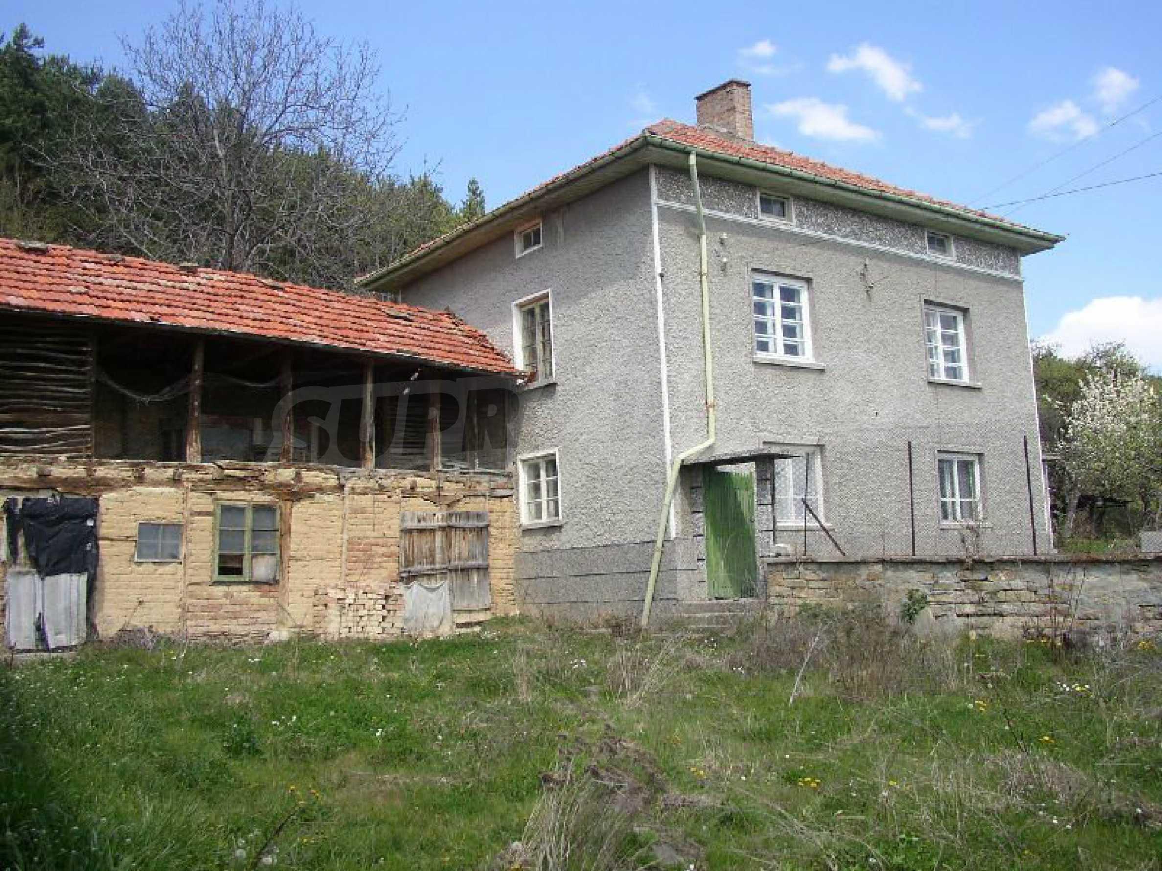 Solides zweistöckiges Haus in ausgezeichnetem Zustand auf dem Dryanovo-Balkan 1