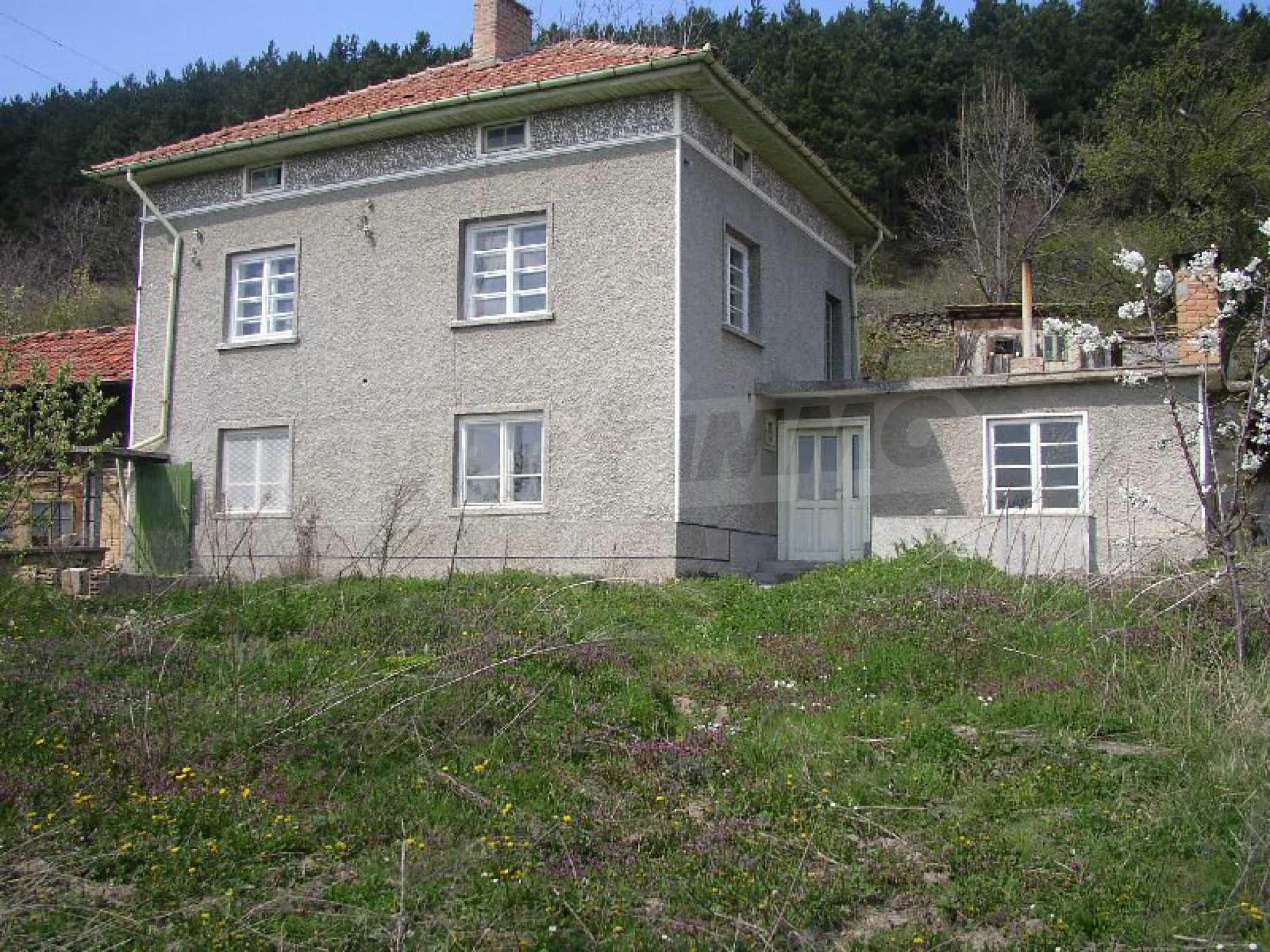 Solides zweistöckiges Haus in ausgezeichnetem Zustand auf dem Dryanovo-Balkan 2