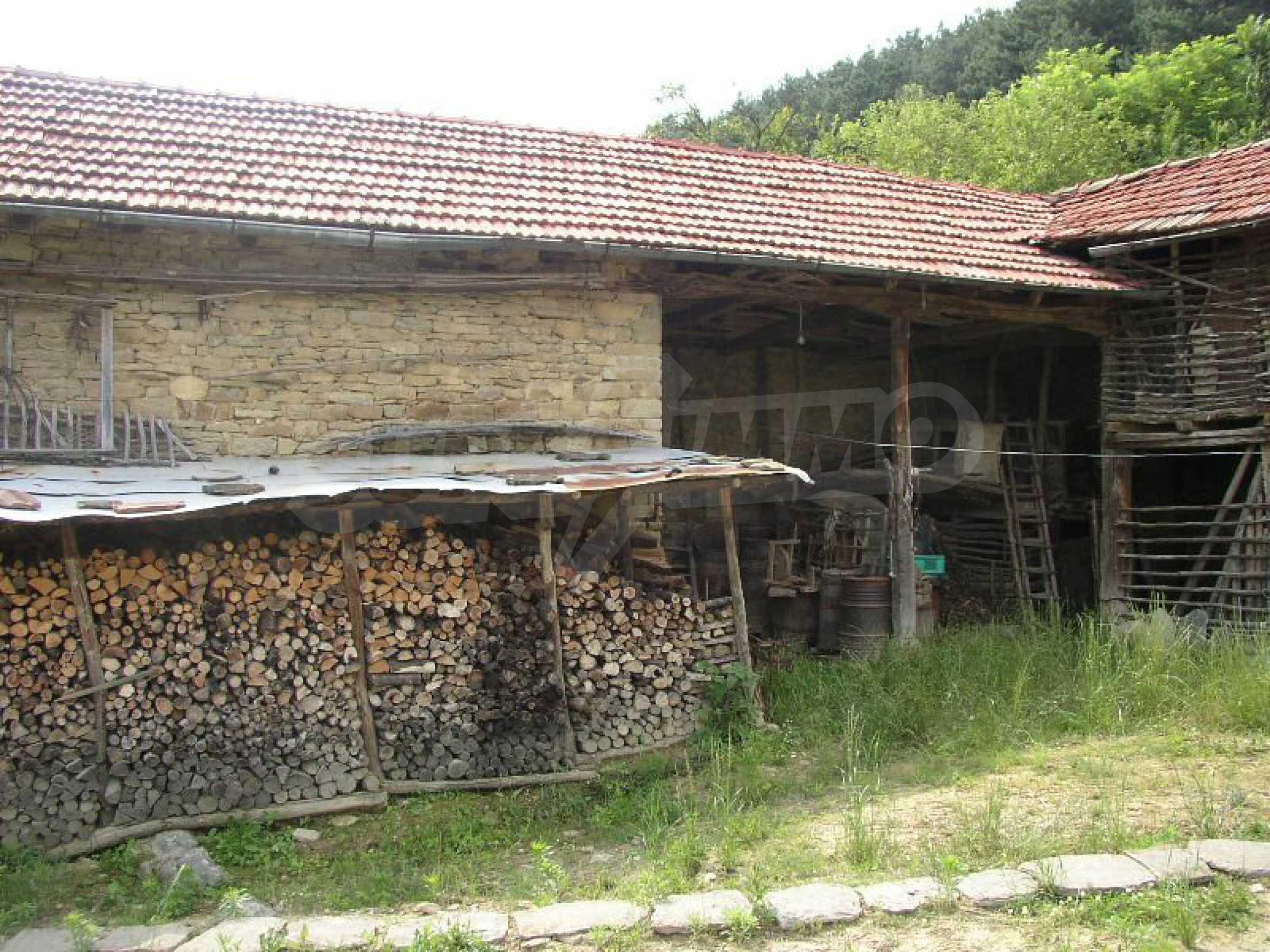 Solides zweistöckiges Haus in ausgezeichnetem Zustand auf dem Dryanovo-Balkan 34