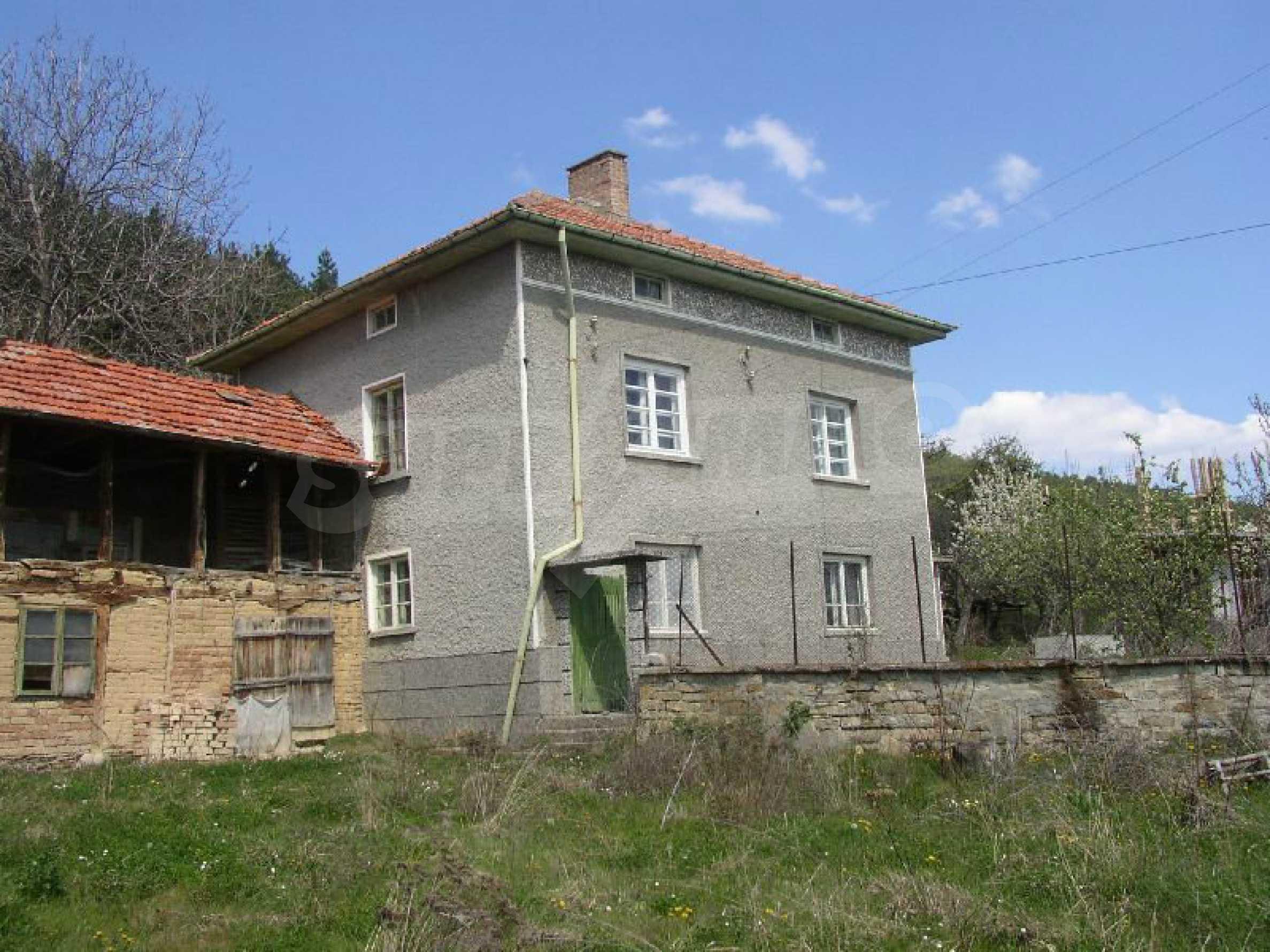 Solides zweistöckiges Haus in ausgezeichnetem Zustand auf dem Dryanovo-Balkan 3