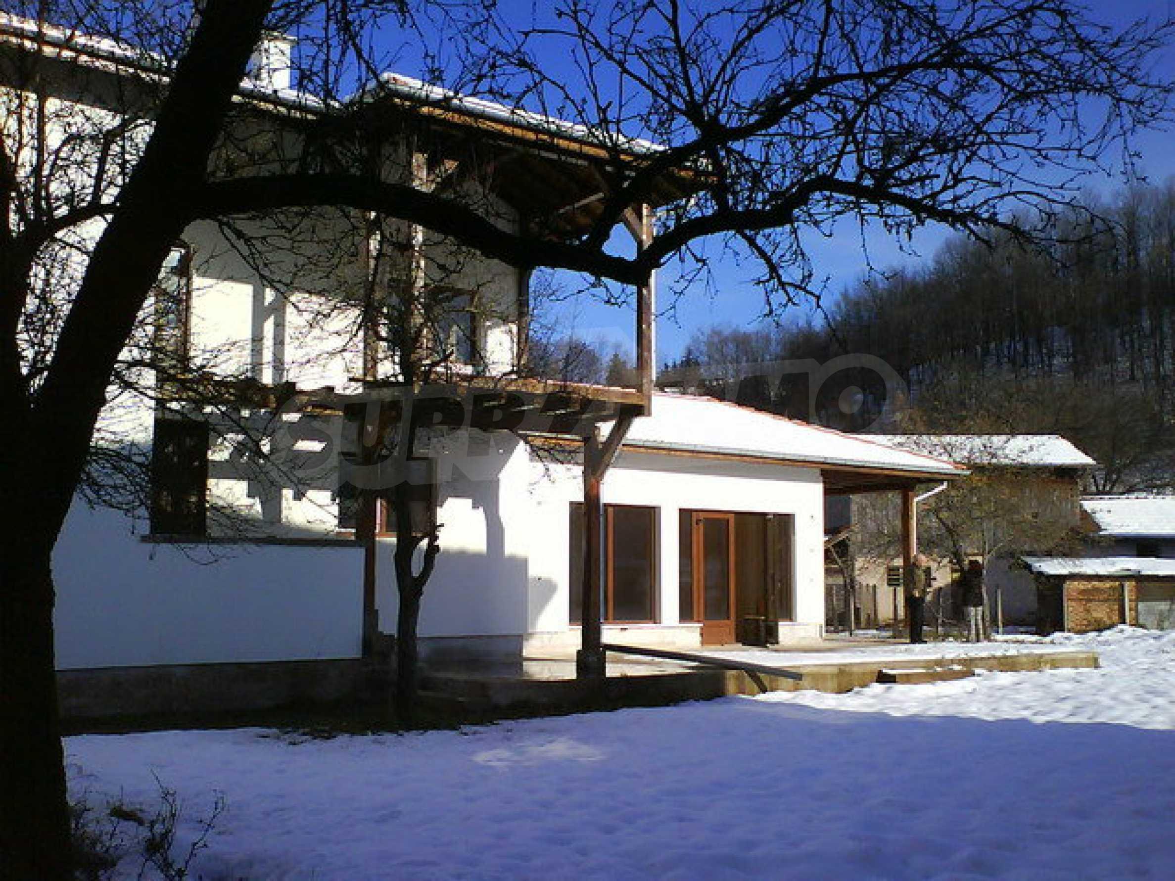 Zweistöckiges Haus mit Hof in einem Dorf in der Nähe von Sopot Damm 1