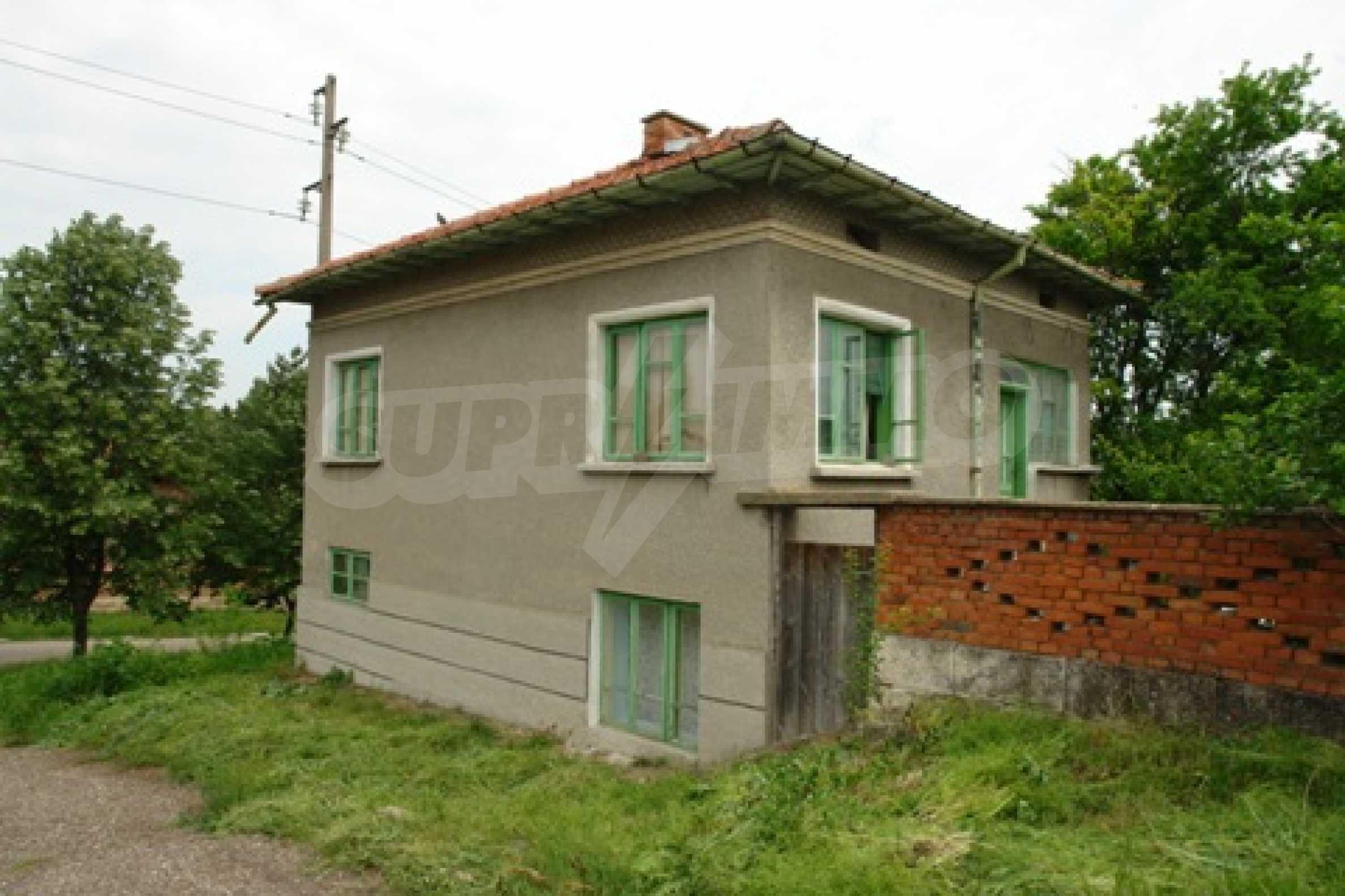 Просторна двуетажна къща с 4 спални в село Тръстеник, Русенско