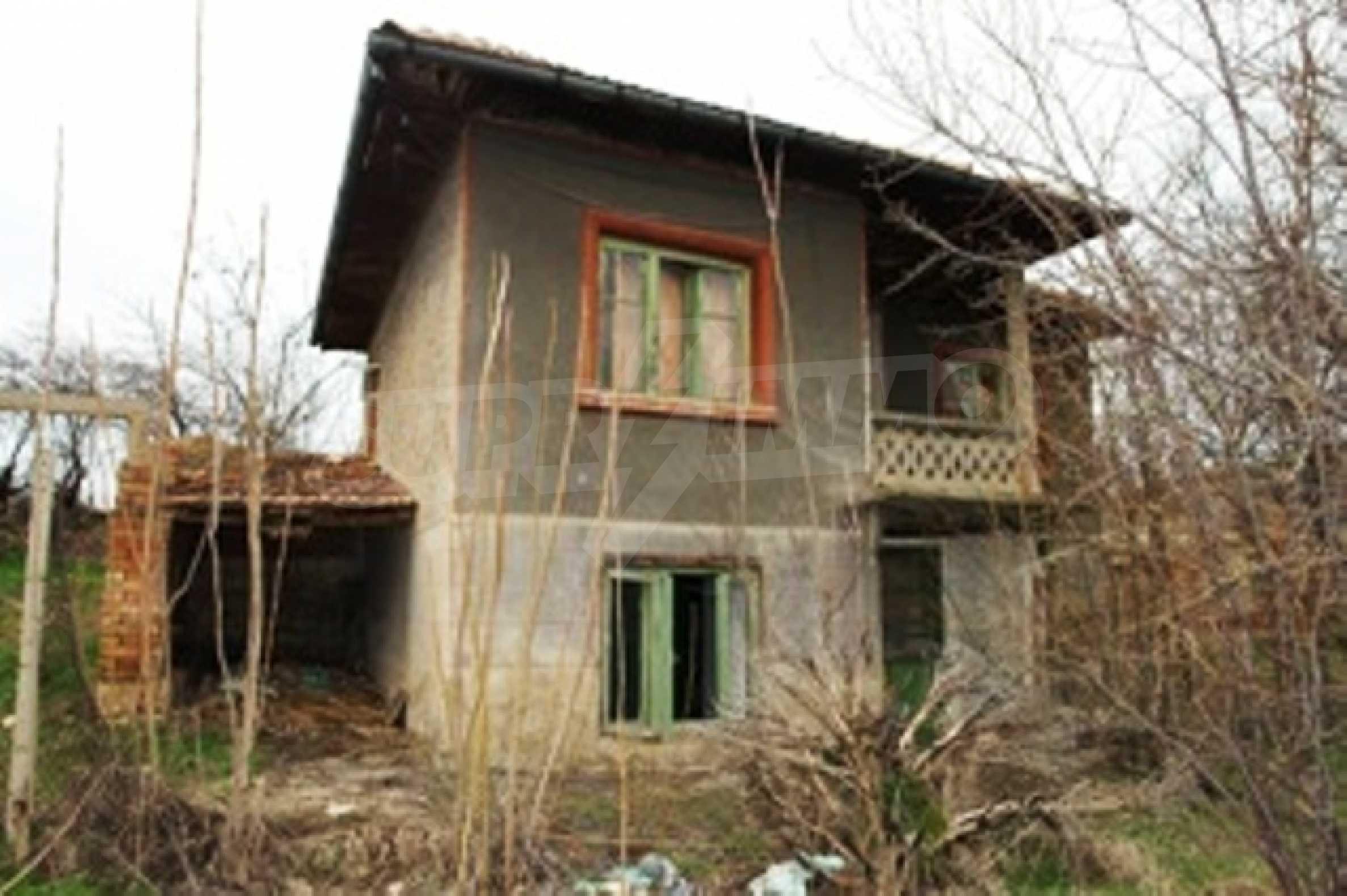 Altes Haus für die totale Reparatur, im Dorf Beltsov gelegen.