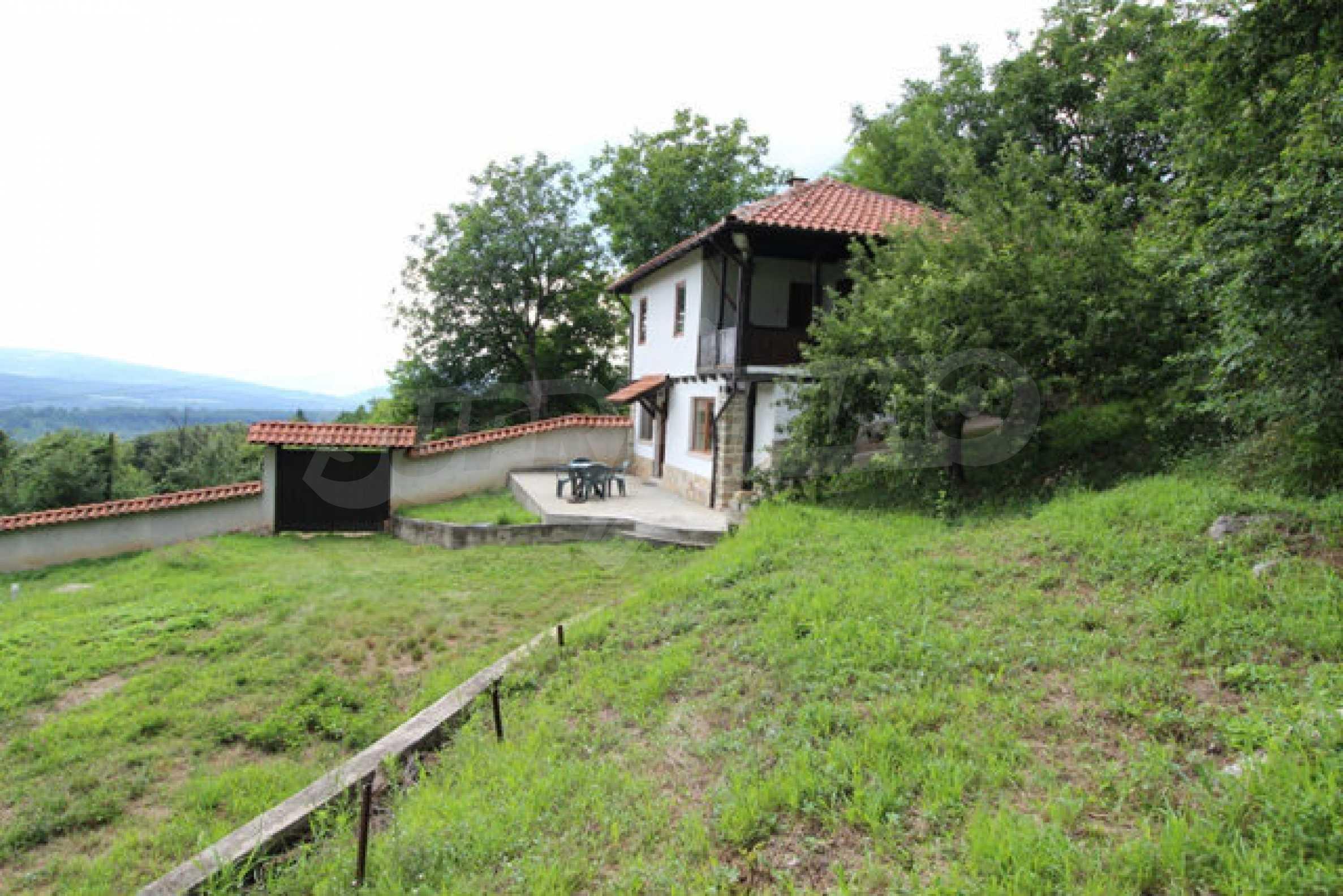 Реновирана двуетажна къща с двор само на 13 км от град Ловеч