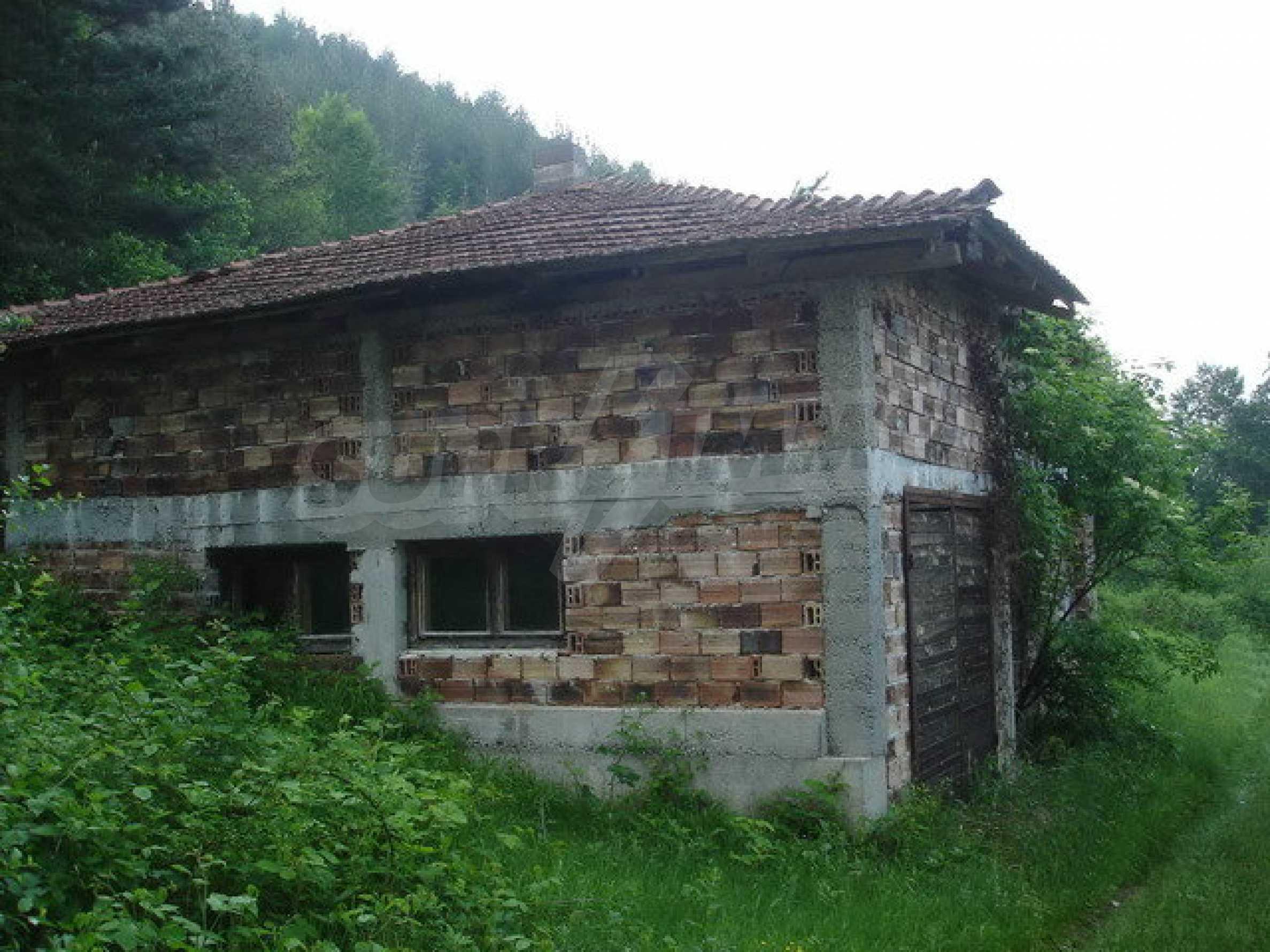 Ein zweistöckiges Haus in Rohbauweise in Ariltsi