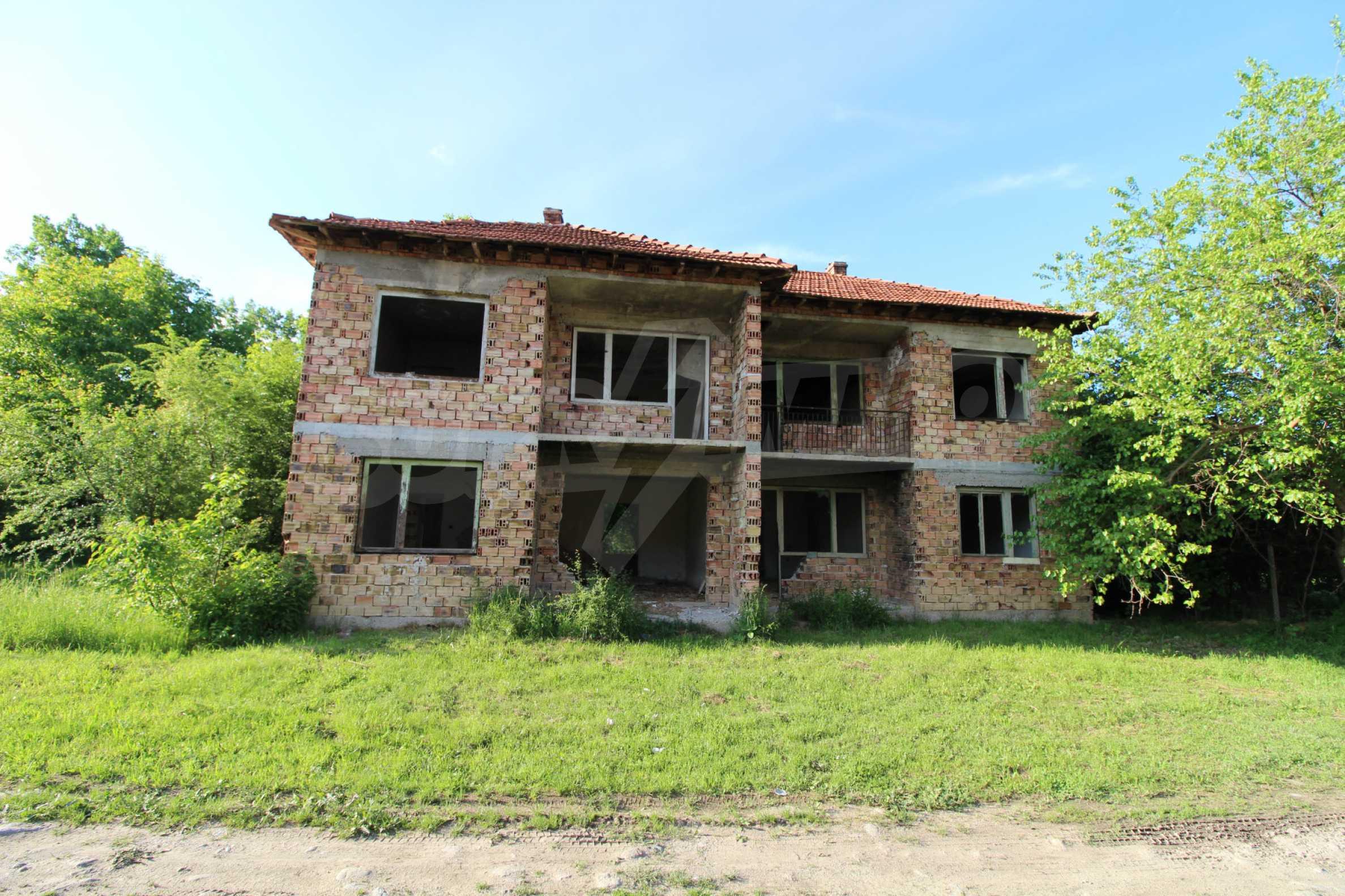 Massives zweistöckiges Haus in einem Dorf 20 km von der Stadt Apriltsi entfernt