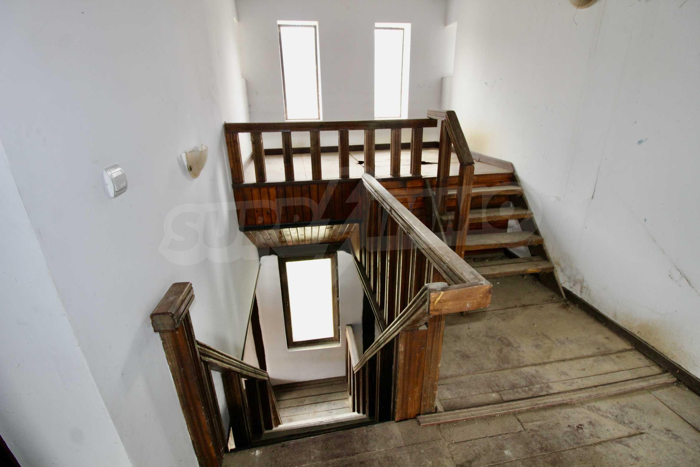 Двуетажна къща с голпм двор в село на 30 км от Велико Търново  10