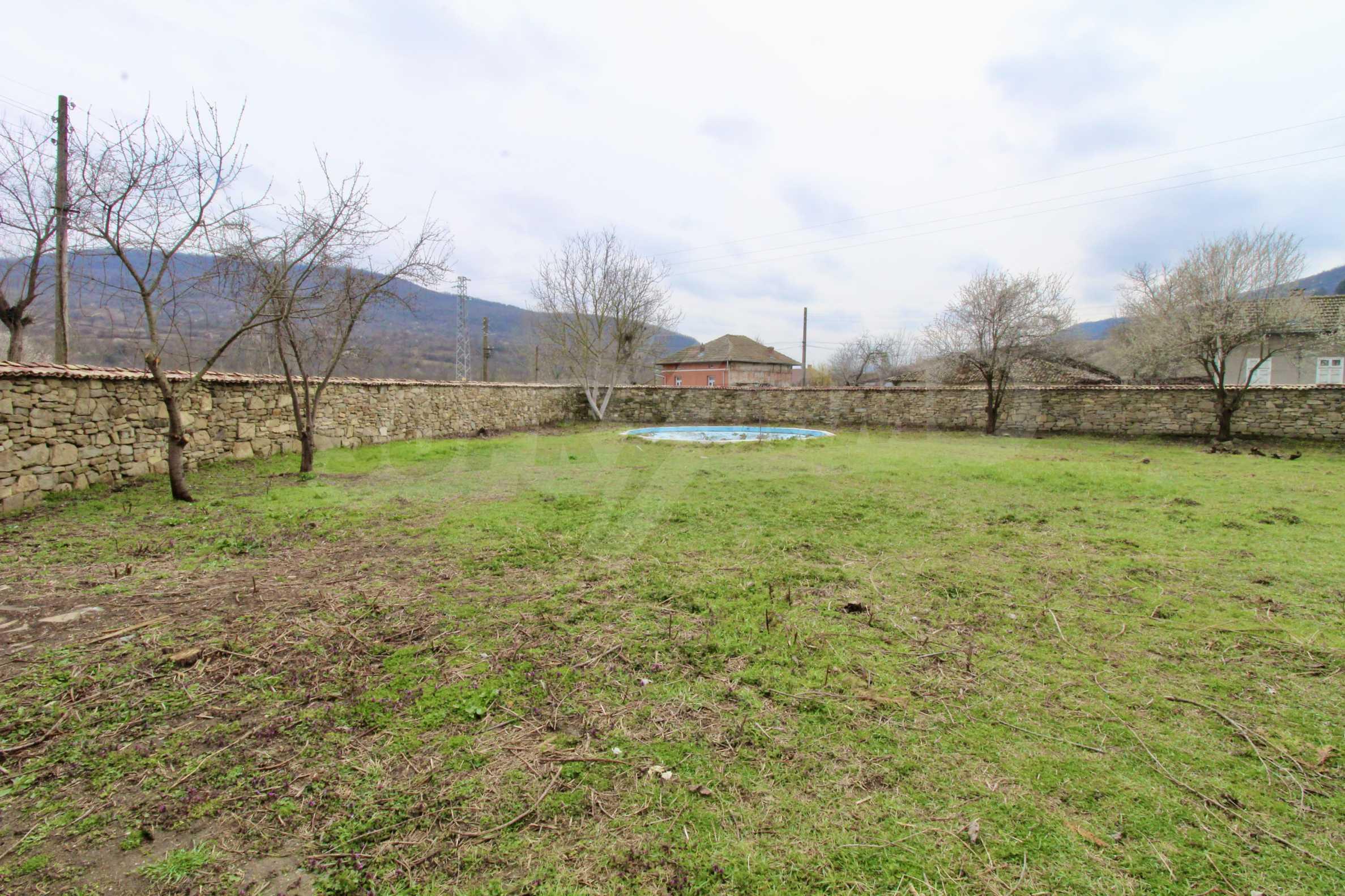 Двуетажна къща с голпм двор в село на 30 км от Велико Търново  1