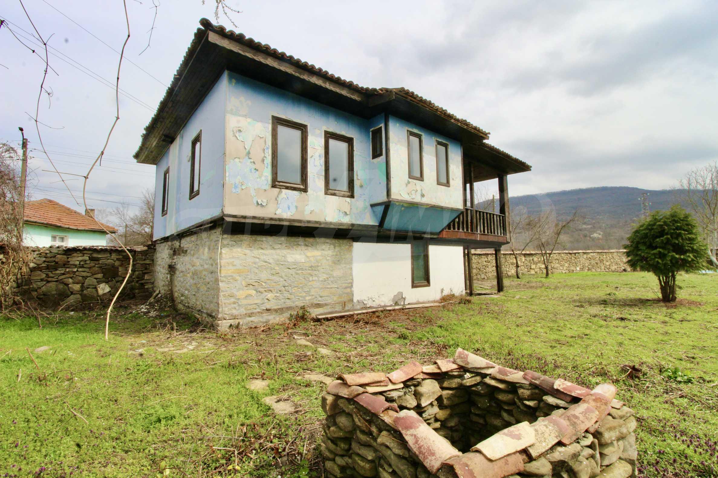 Двуетажна къща с голпм двор в село на 30 км от Велико Търново  34