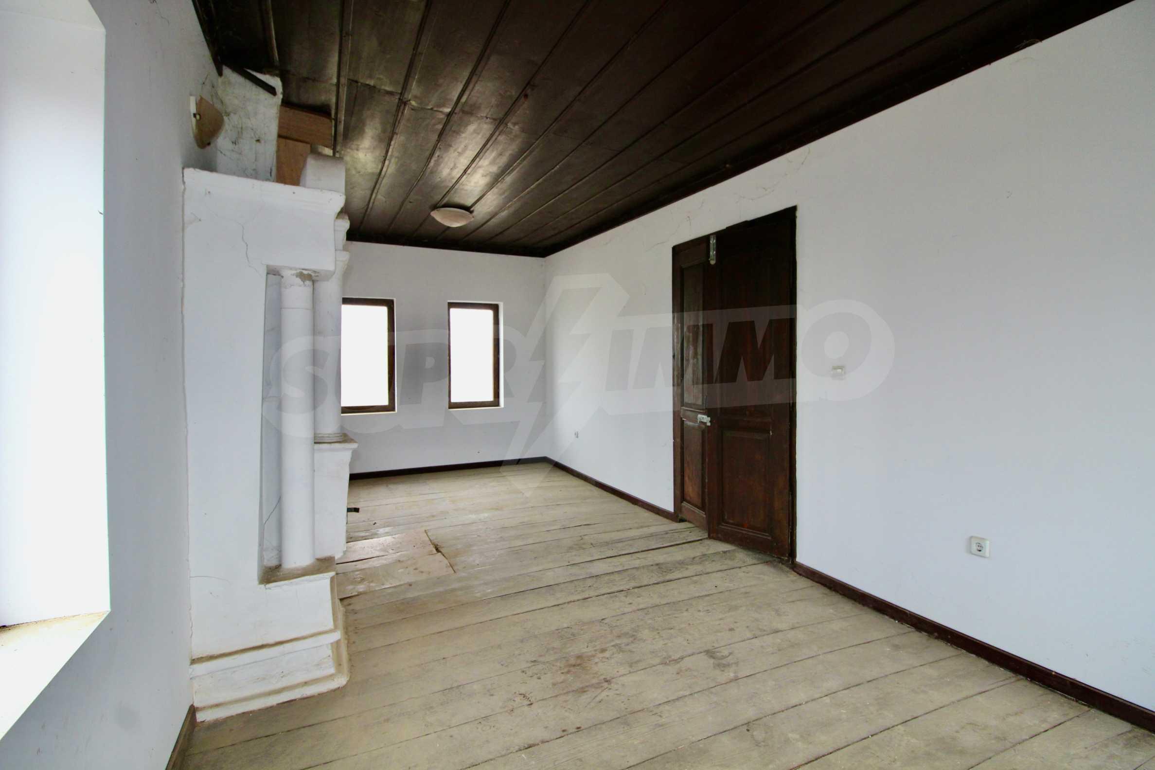 Двуетажна къща с голпм двор в село на 30 км от Велико Търново  4