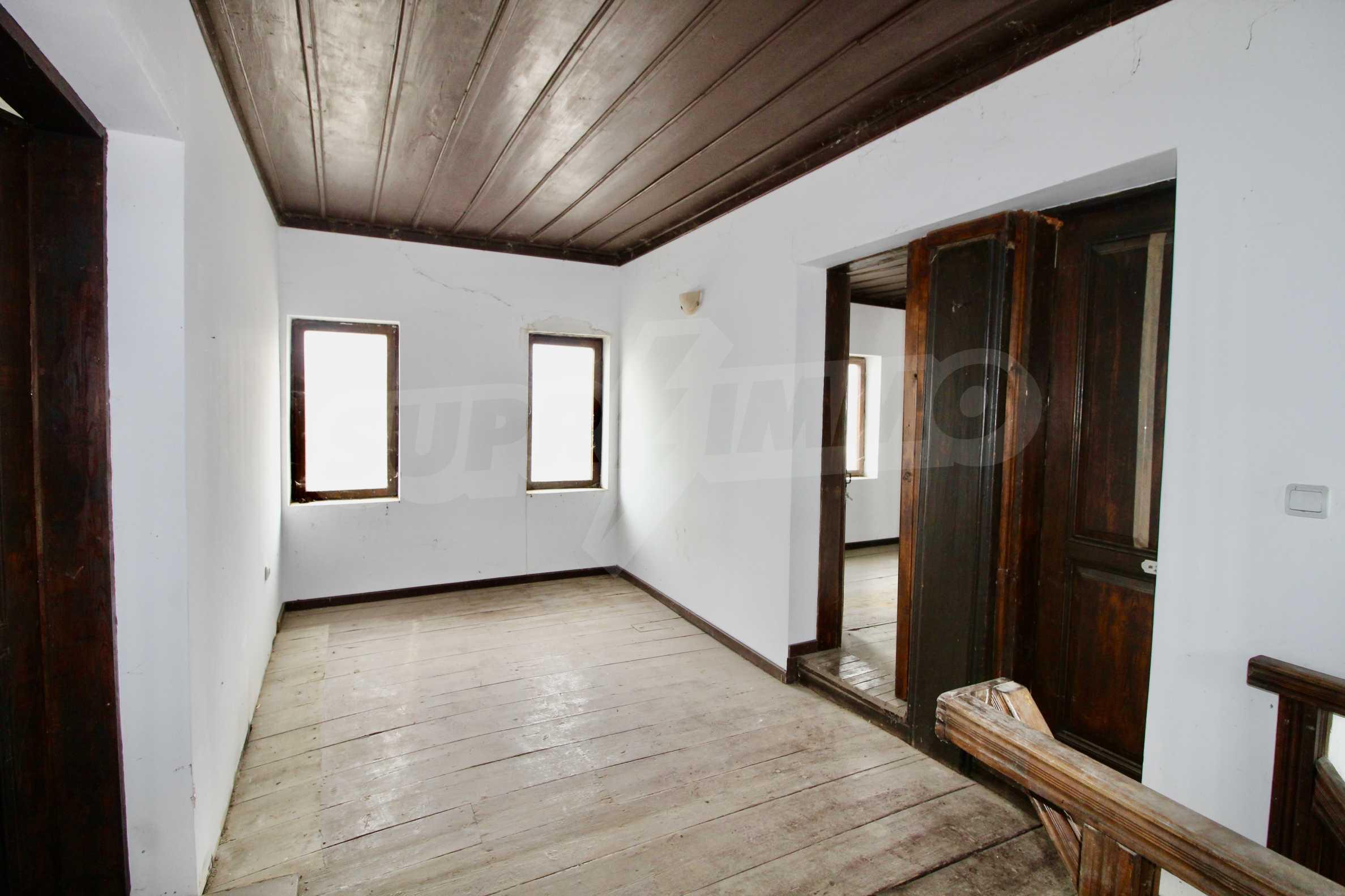 Двуетажна къща с голпм двор в село на 30 км от Велико Търново  6