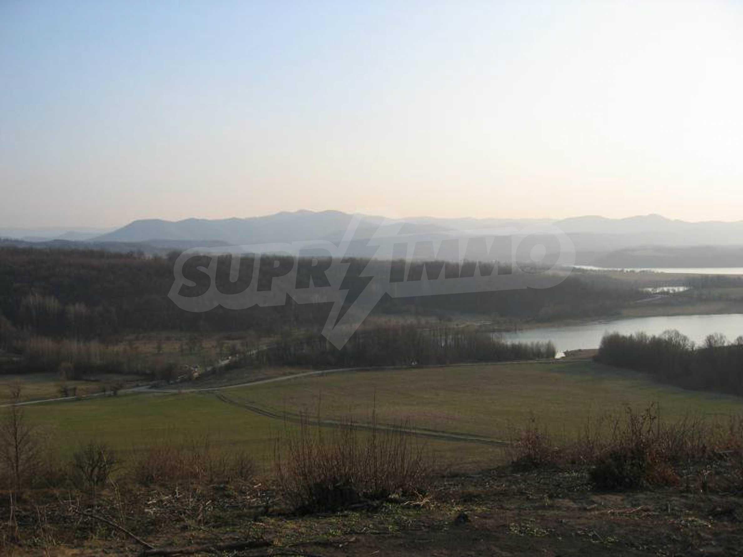 Großes Grundstück in der Nähe des Yovkovtsi-Staudamms, 5 km von Elena entfernt