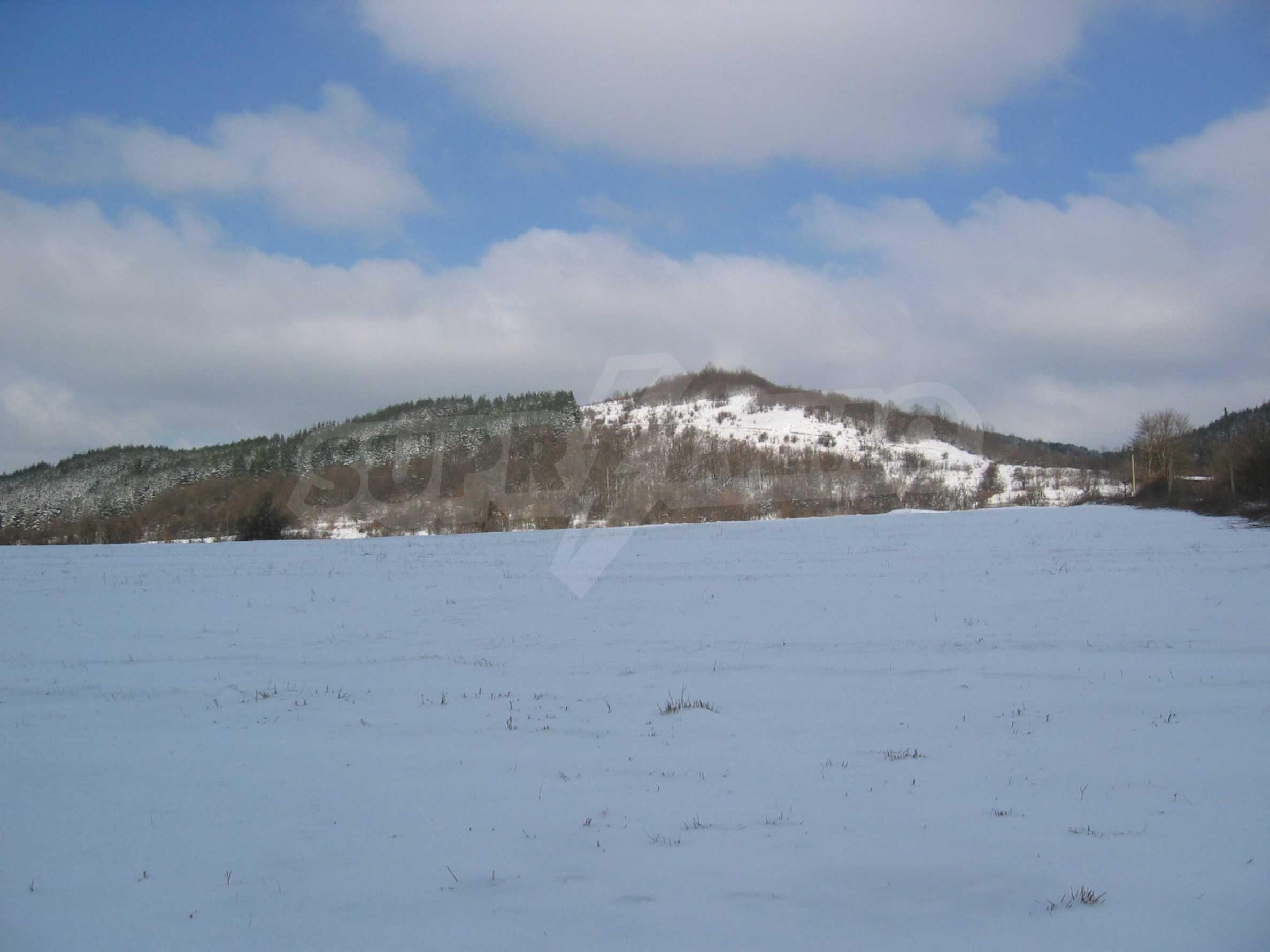 Großes Grundstück in der Nähe des Yovkovtsi-Staudamms, 5 km von Elena entfernt 2