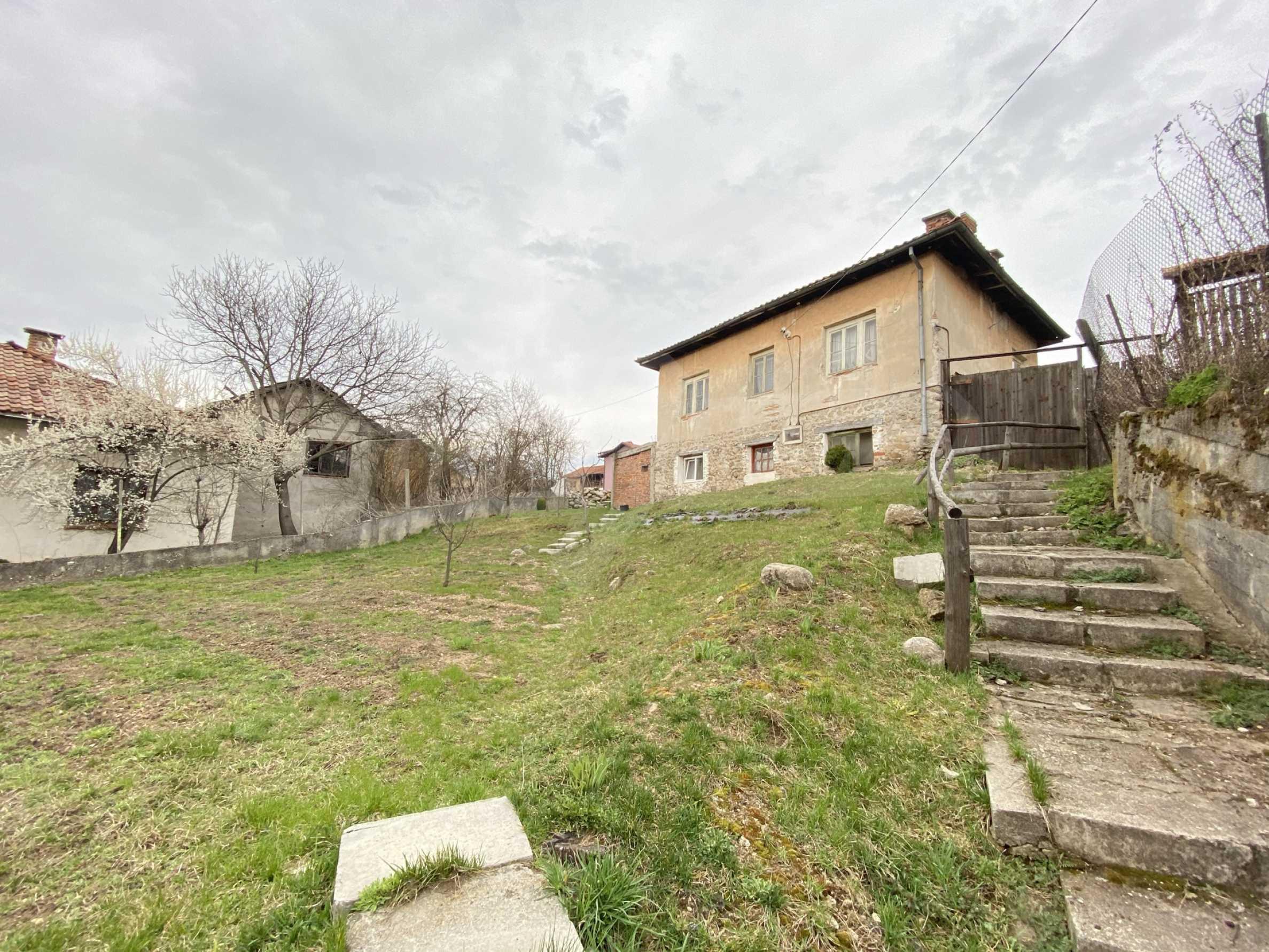Къща с просторен двор за продажба в Добринище