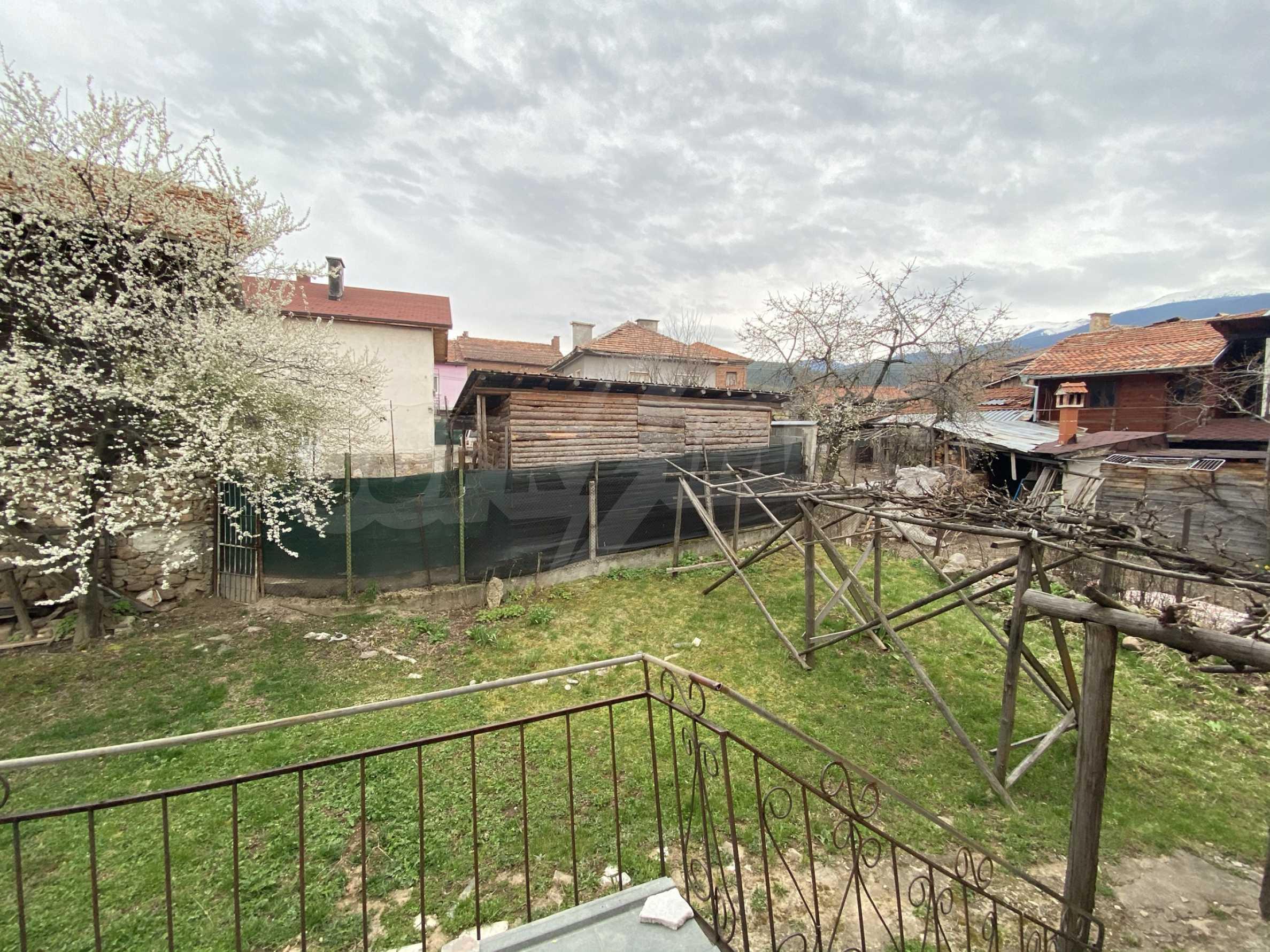 Къща с просторен двор за продажба в Добринище 9