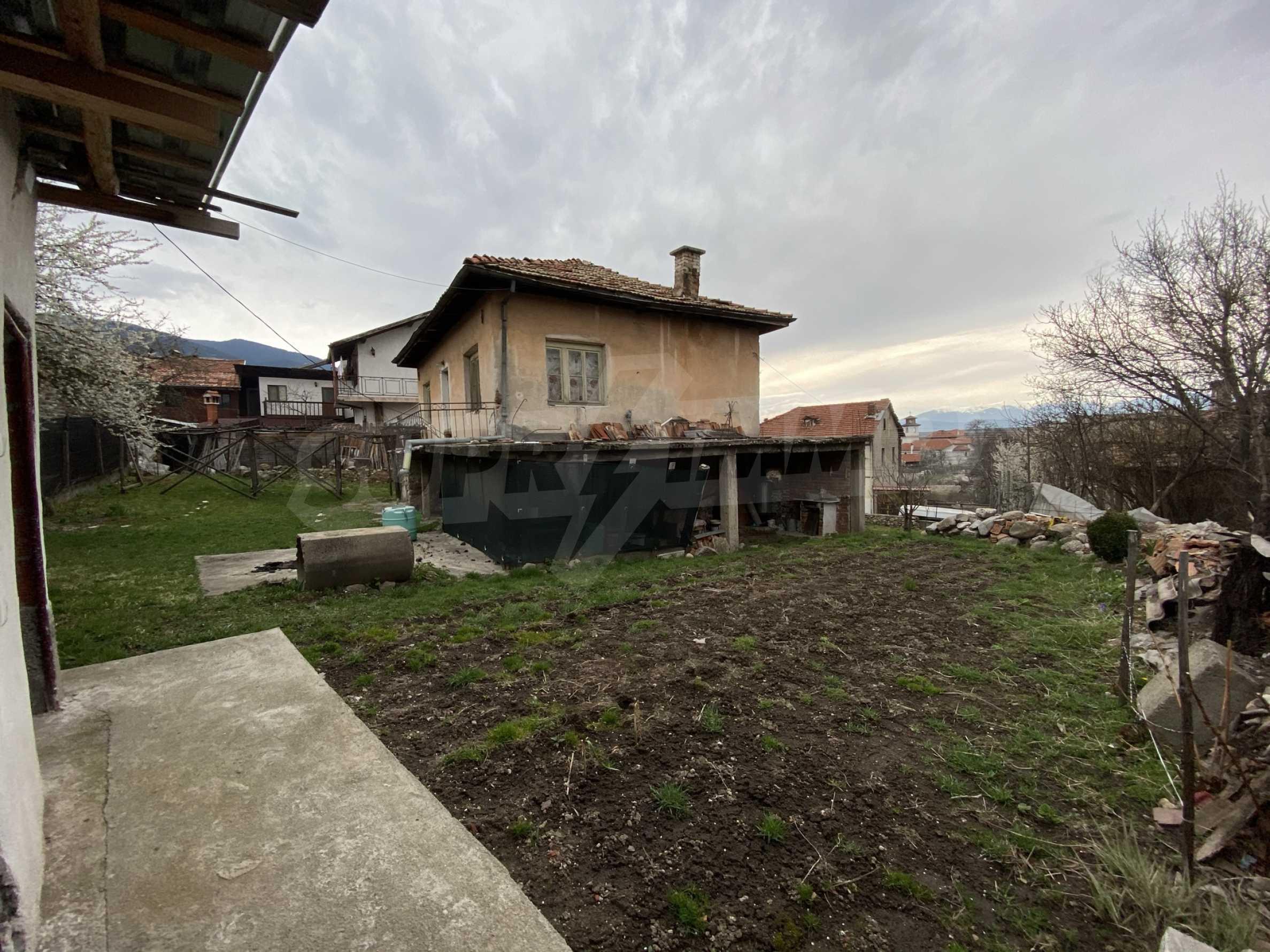 Къща с просторен двор за продажба в Добринище 1