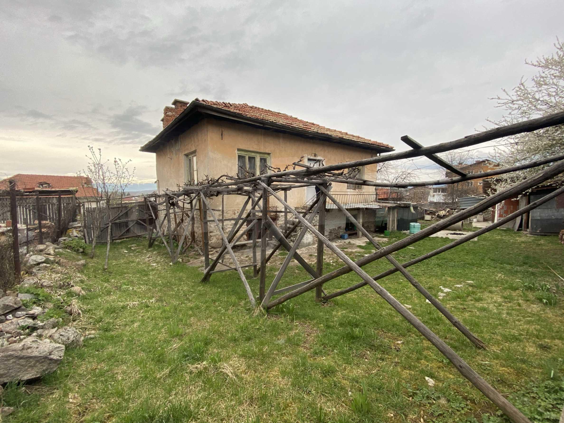 Къща с просторен двор за продажба в Добринище 2