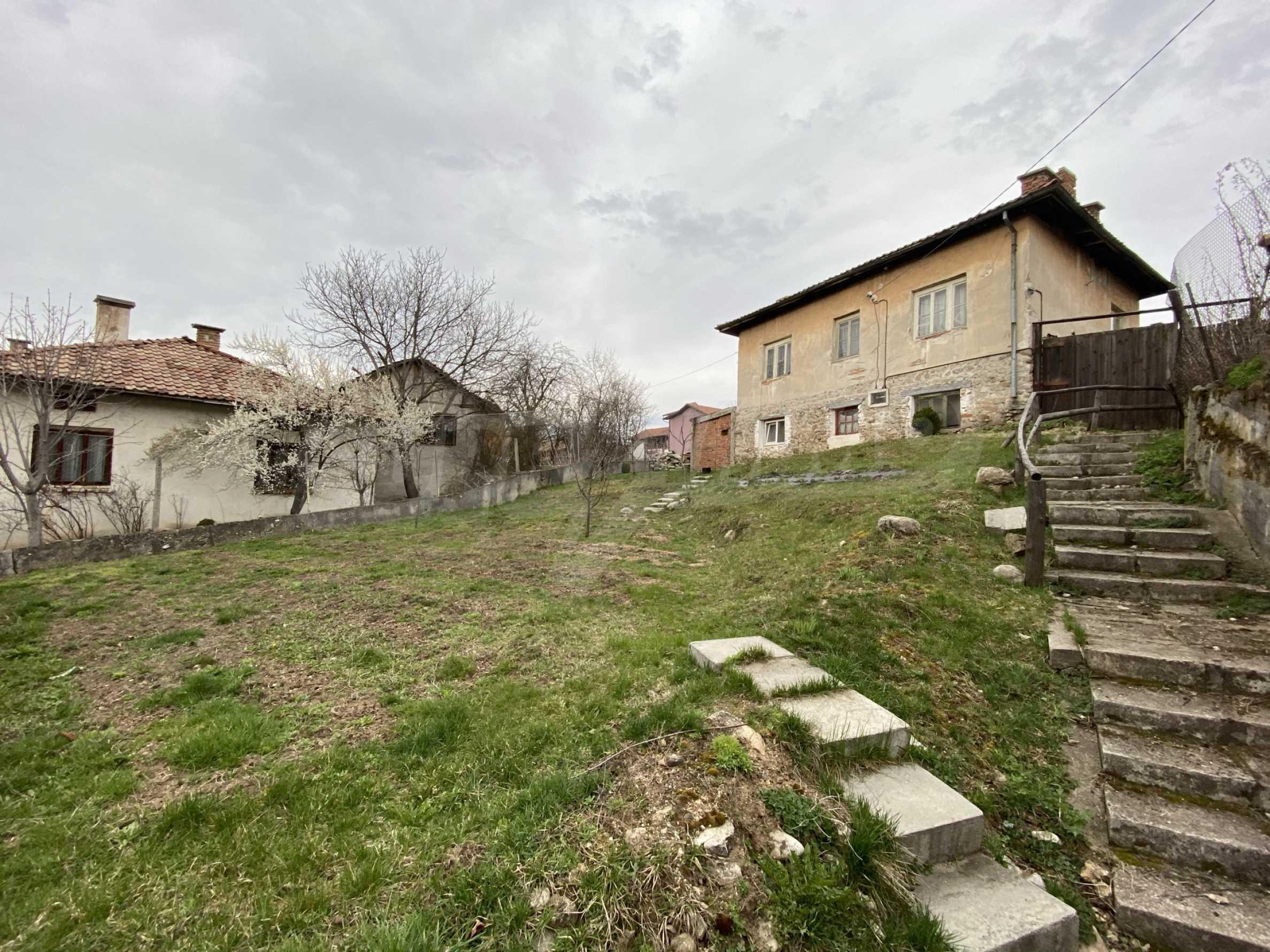 Къща с просторен двор за продажба в Добринище 3