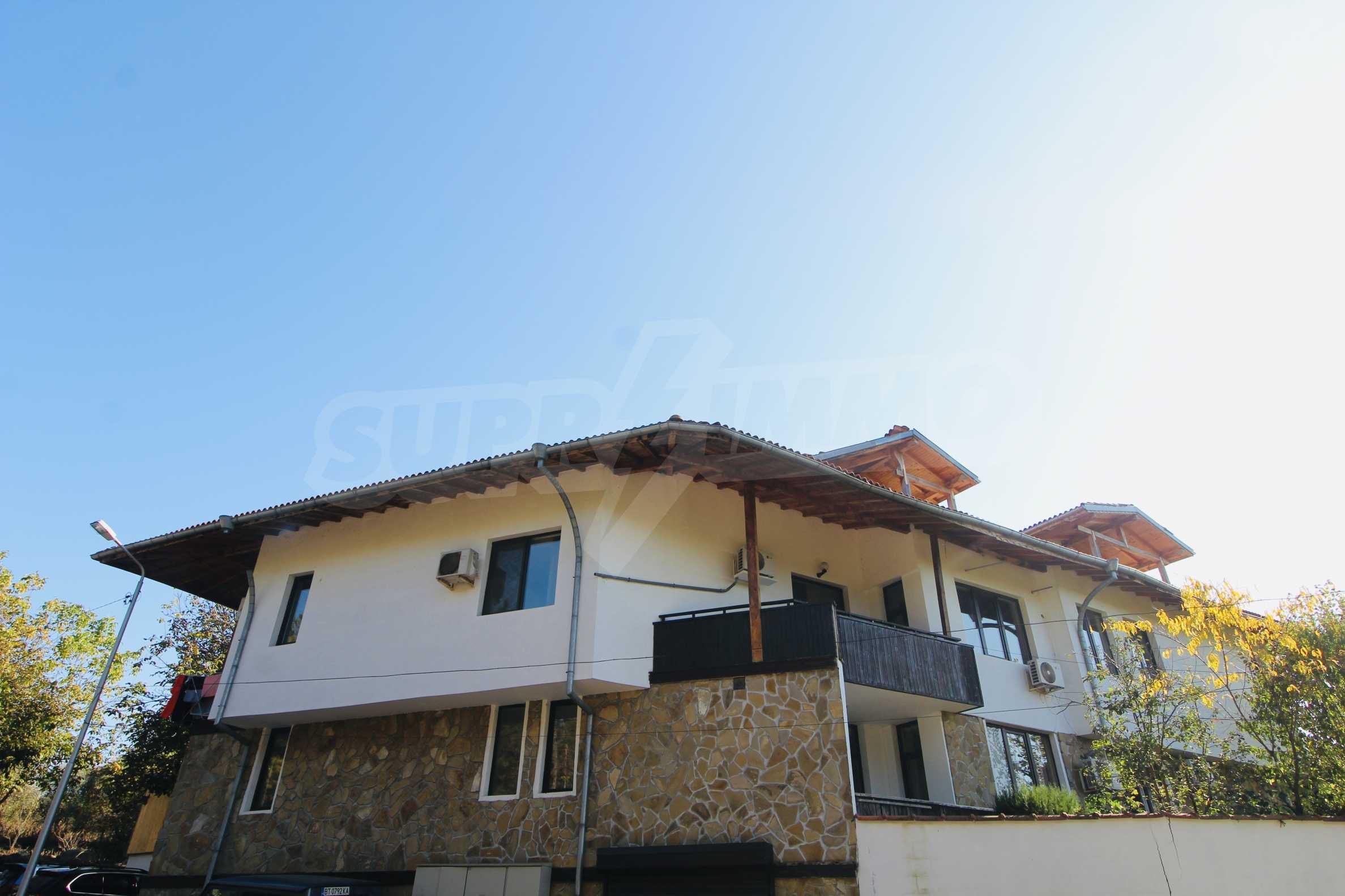 Zwei-Zimmer-Wohnung mit Parkplatz und Keller in der berühmten architektonischen Reserve Arbanassi