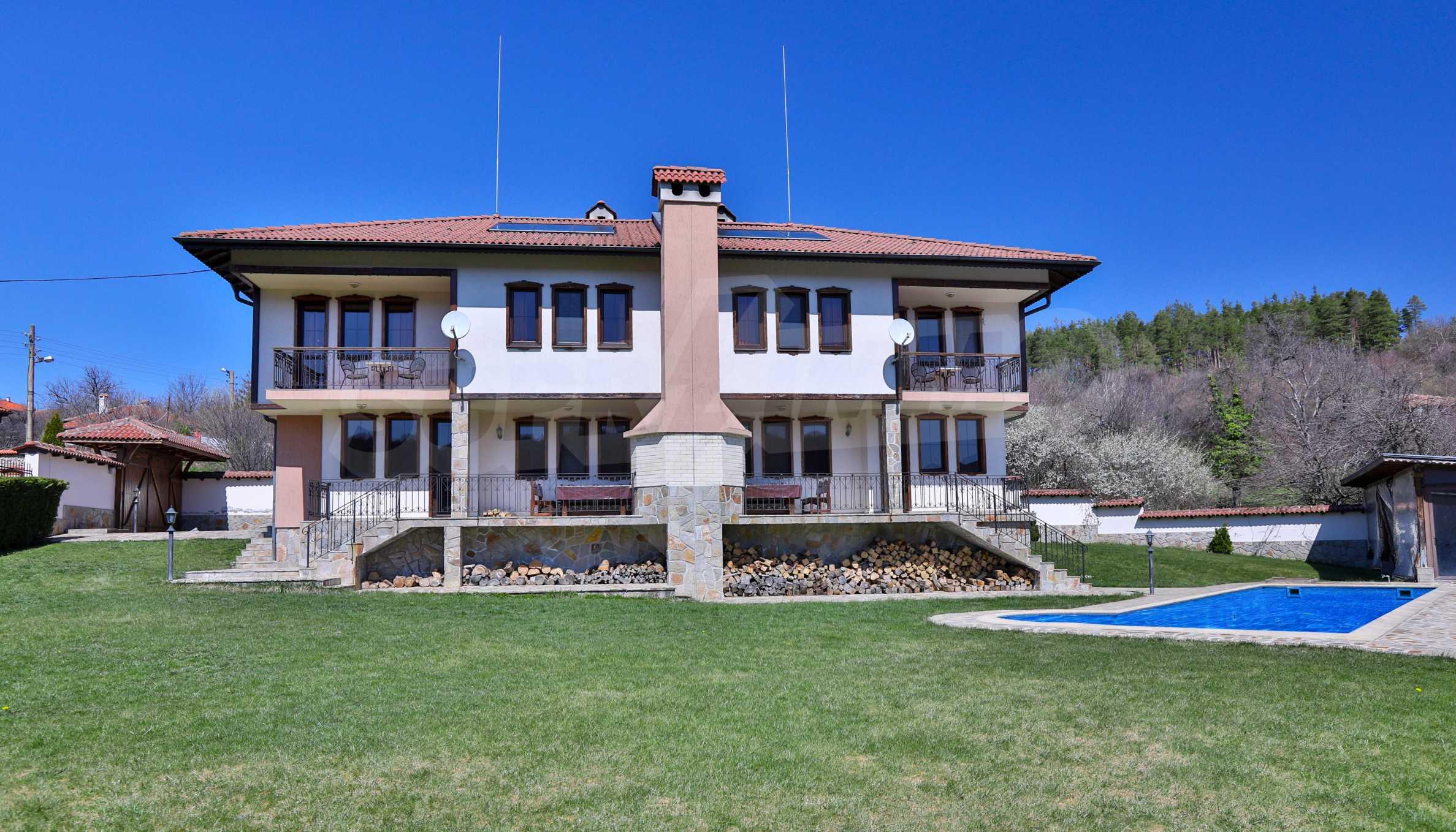 Zwei Doppelhäuser mit Swimmingpool in einem gemeinsamen Hof, nur 5 km vom Yovkovtsi-Damm entfernt