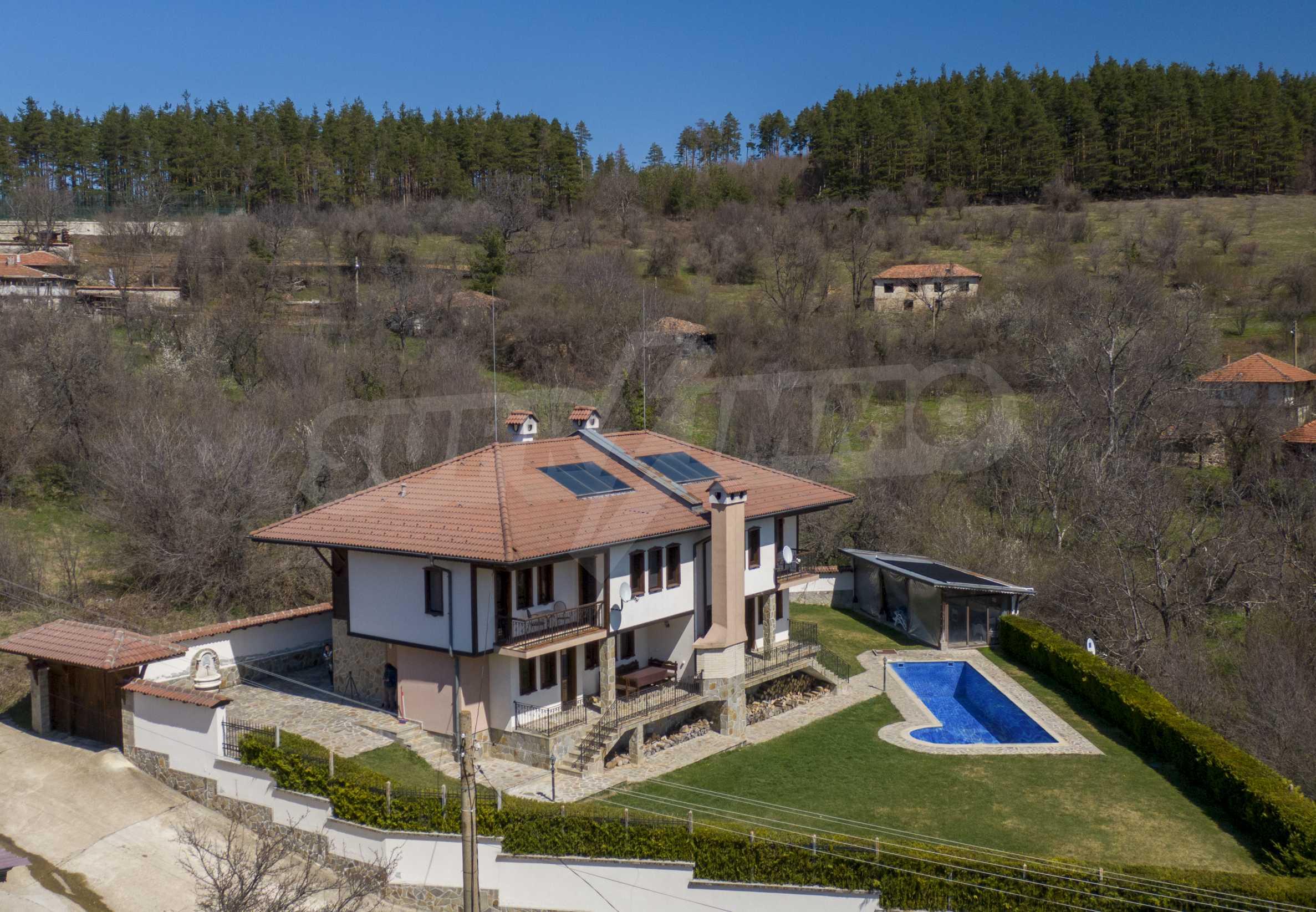 Zwei Doppelhäuser mit Swimmingpool in einem gemeinsamen Hof, nur 5 km vom Yovkovtsi-Damm entfernt 1
