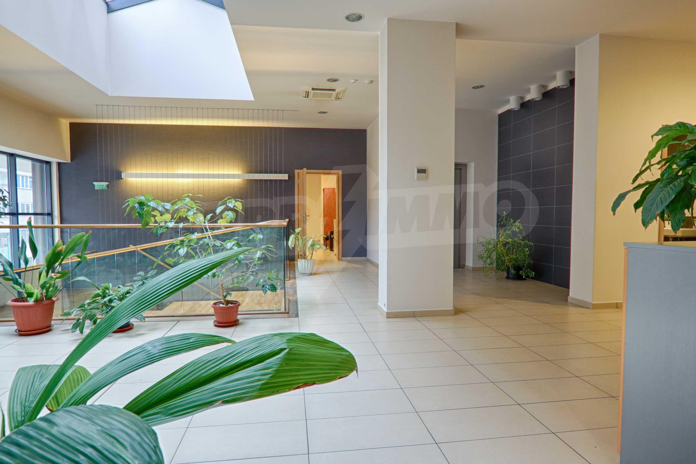 Впечатляващ офис до хотел Плиска 10