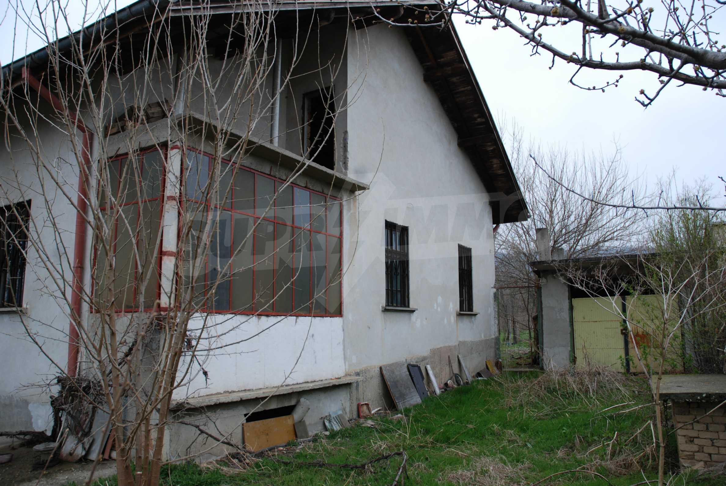 Ein solides, großes Haus in einem Dorf am Fluss 9